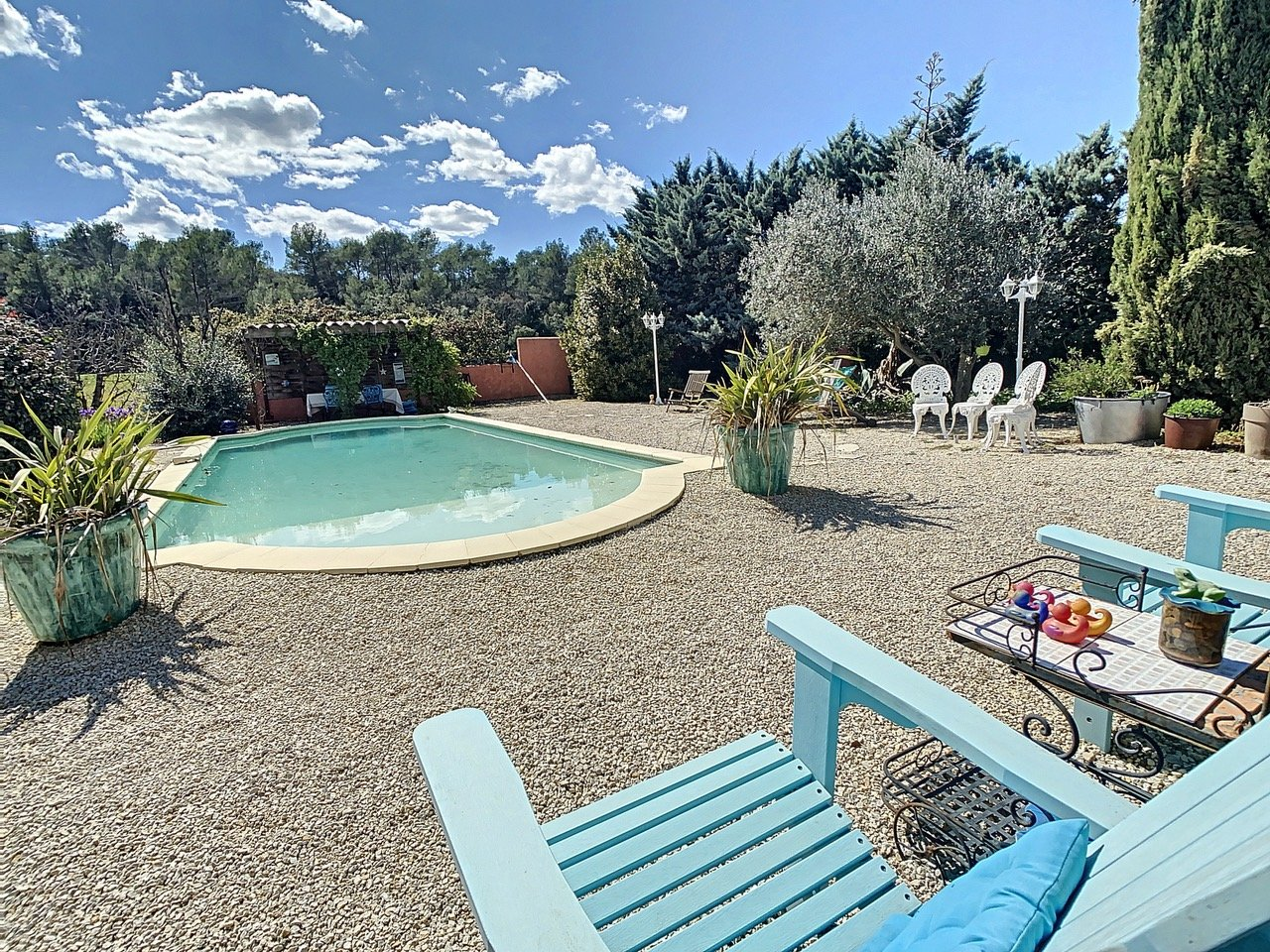 Villa on 4.700 m2 with pool and guest appartment