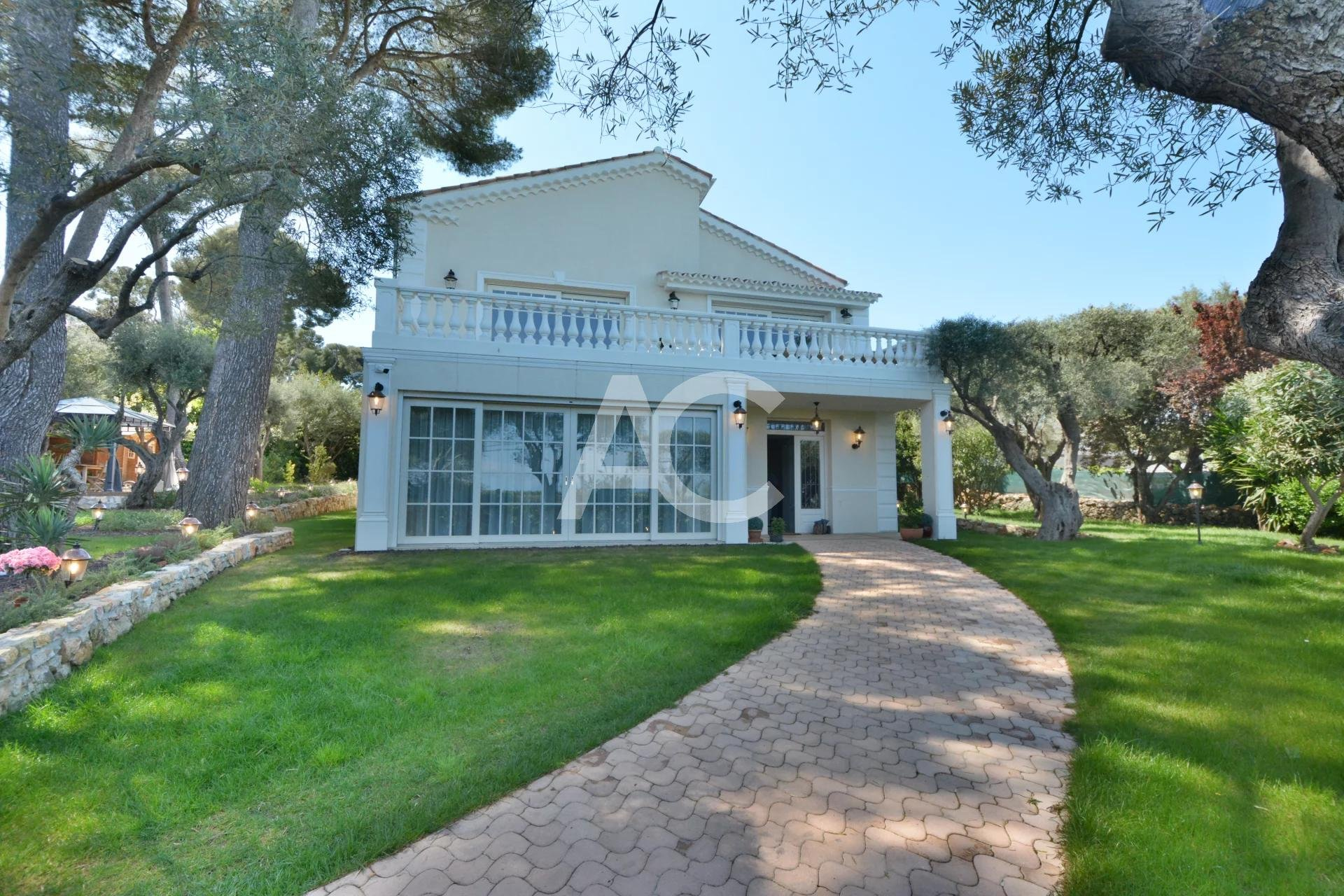 Magnificent renovated villa close to the beaches