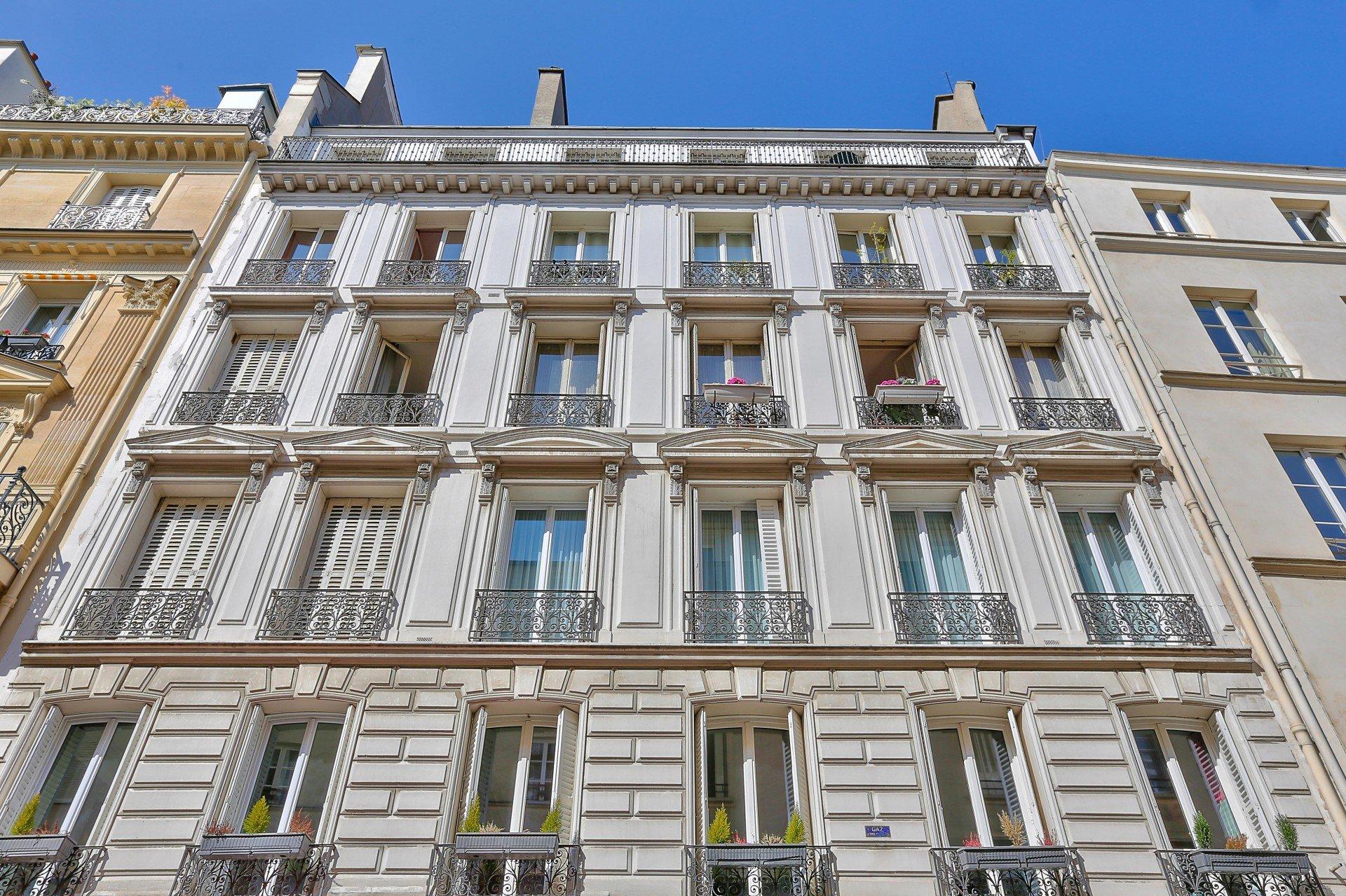 Paris - IX ème - LORETTE - MARTYRS  - RUE LAMARTINE - 5 PIÈCES - TRAVERSANT - PLEIN SOLEIL - 3 CHAMBRES POSS 4 - CACHET INCROYABLE  -  AGENCEMENT PARFAIT - CALME .