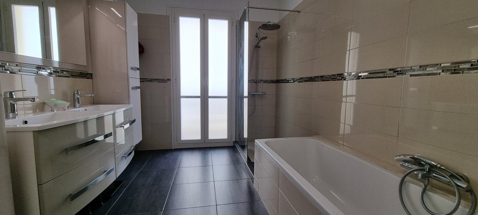 Menton centre, spacieux appartement rénové et traversant!