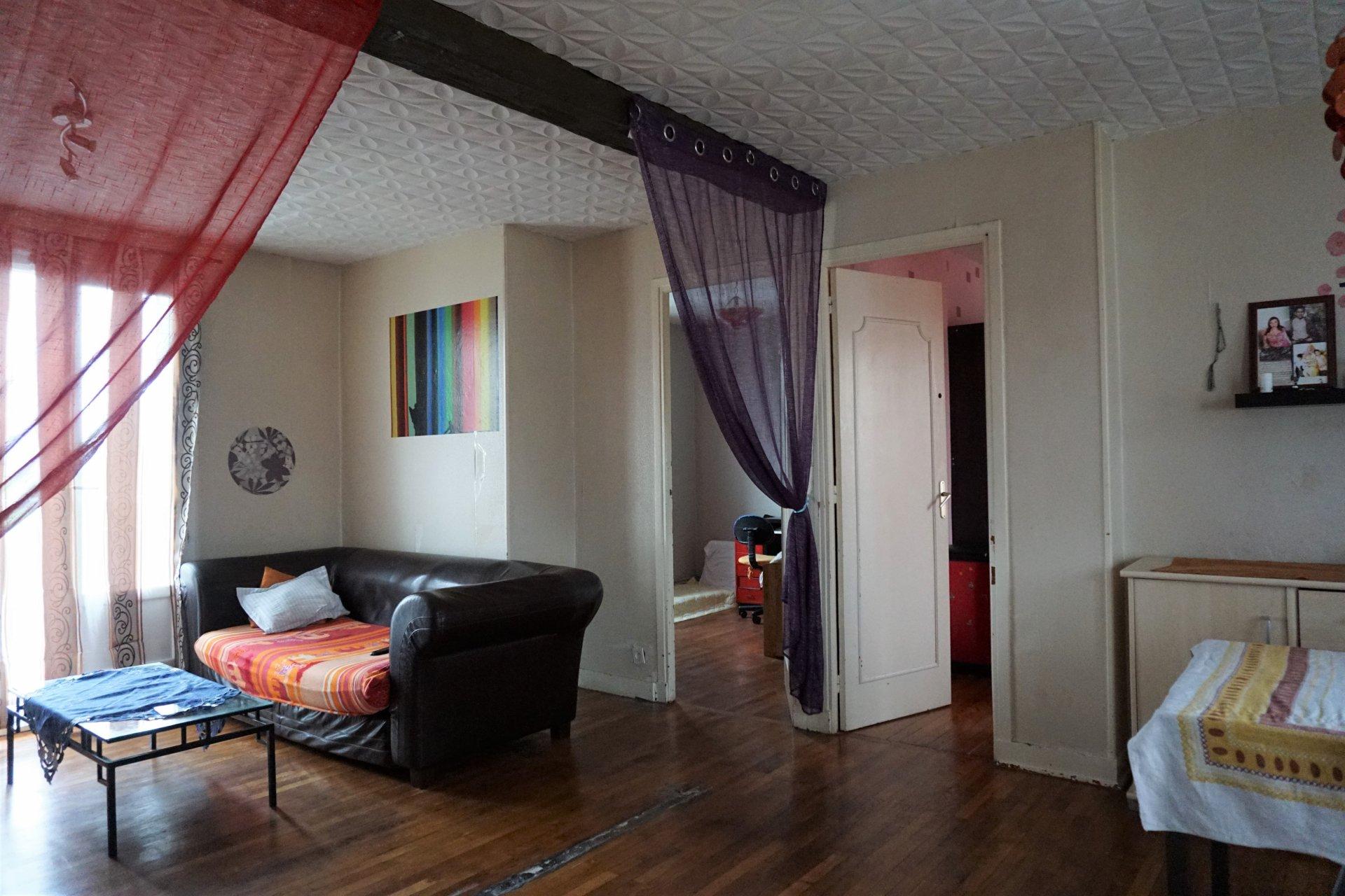 Le salon avec accès à deux des chambres