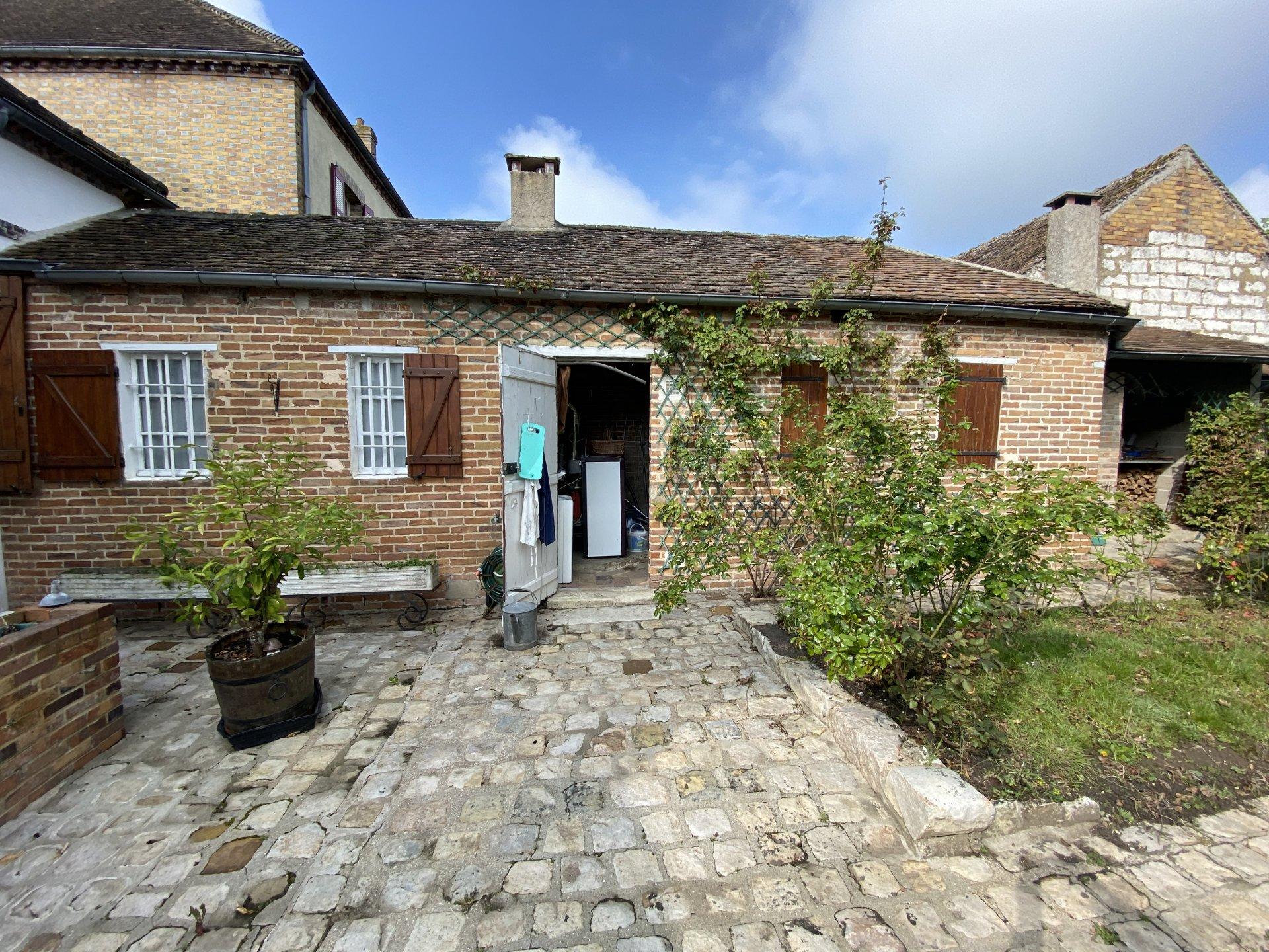 Beaucoup de charme pour cette maison bourgeoise située à 20 minutes de Nemours (gare SNCF)