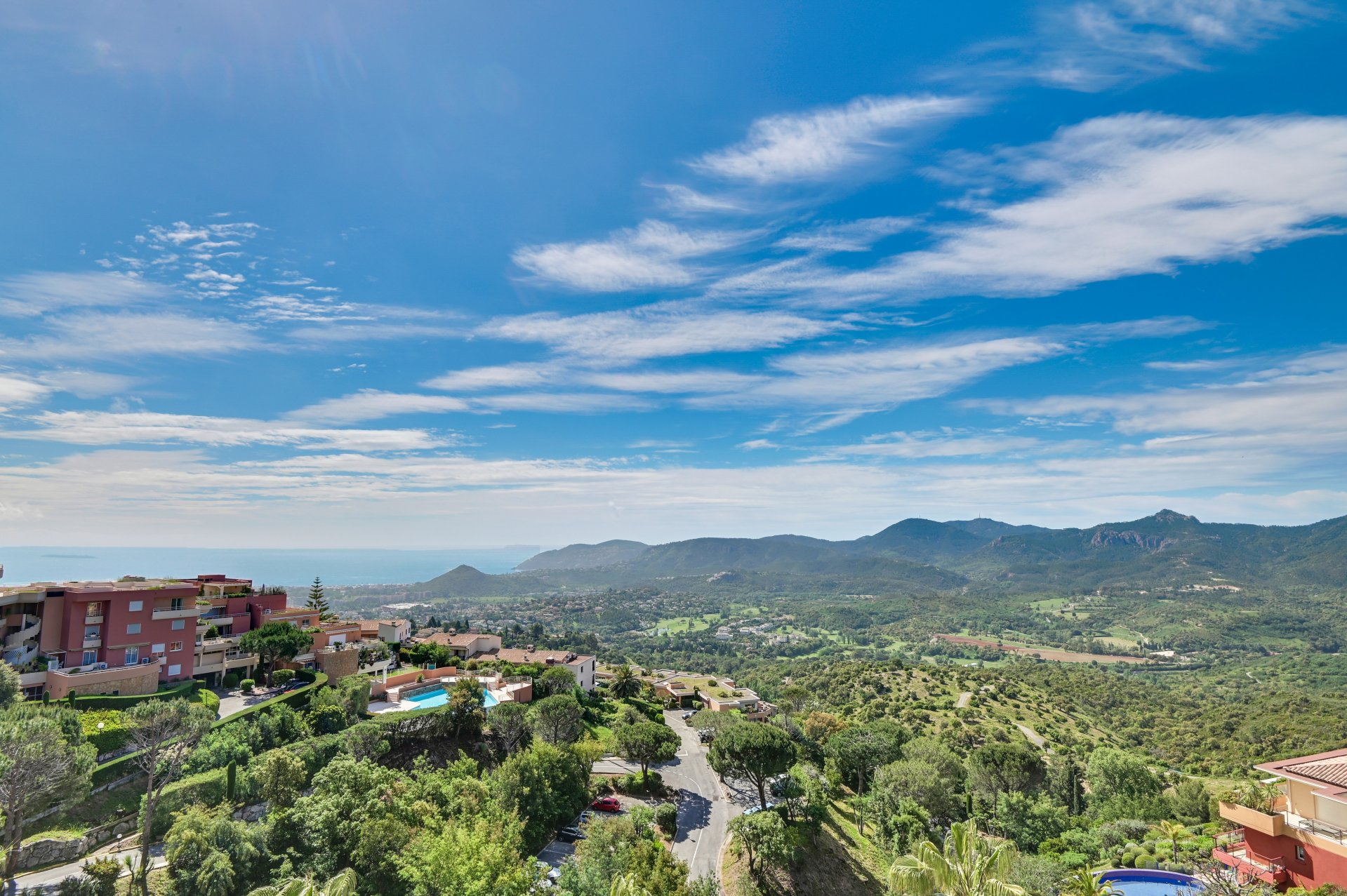 UNDER OFFER - Mandelieu close to Cannes - Sole agent - Stunning views for this 200 m2 penthouse with 115 m2 terraces. Pool, 2 garages, HC norms.