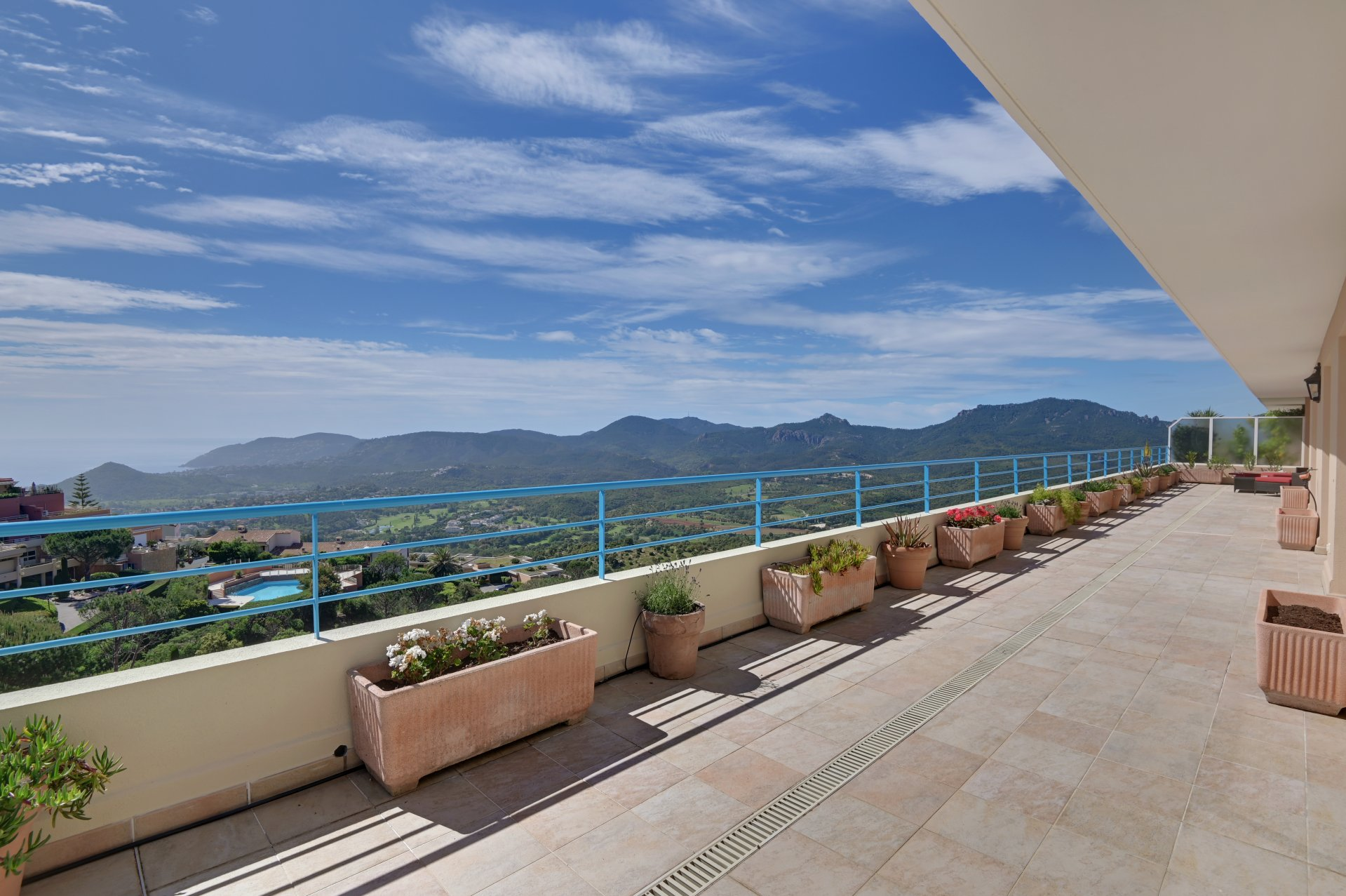 UNDER OFFER - Mandelieu close to Cannes - Sole agent - Stunning views for this 200 m2 penthouse with 115 m2 terraces.