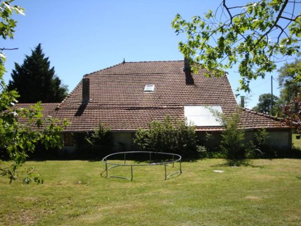 Well maintained spacious country housewith 180 degree views of both the Pyrenees and the surrounding area.