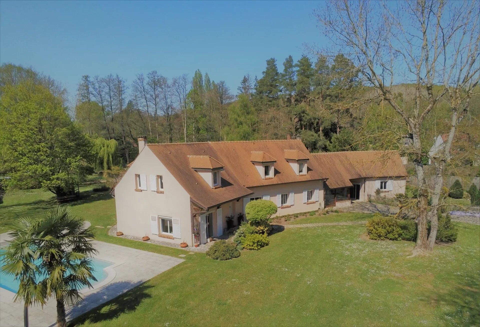 Très belle propriété avec piscine, jardin paysagé et accès tennis.