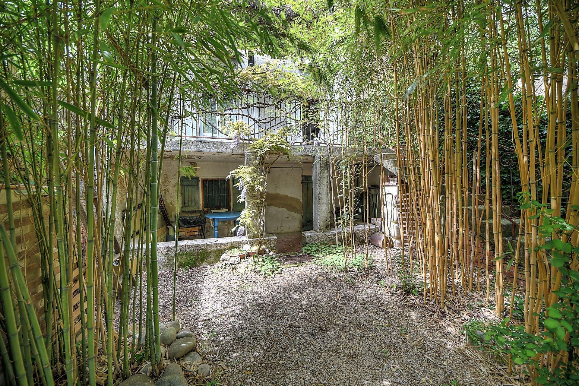 Jardin arboré de la maison de maître à Aups Verdon