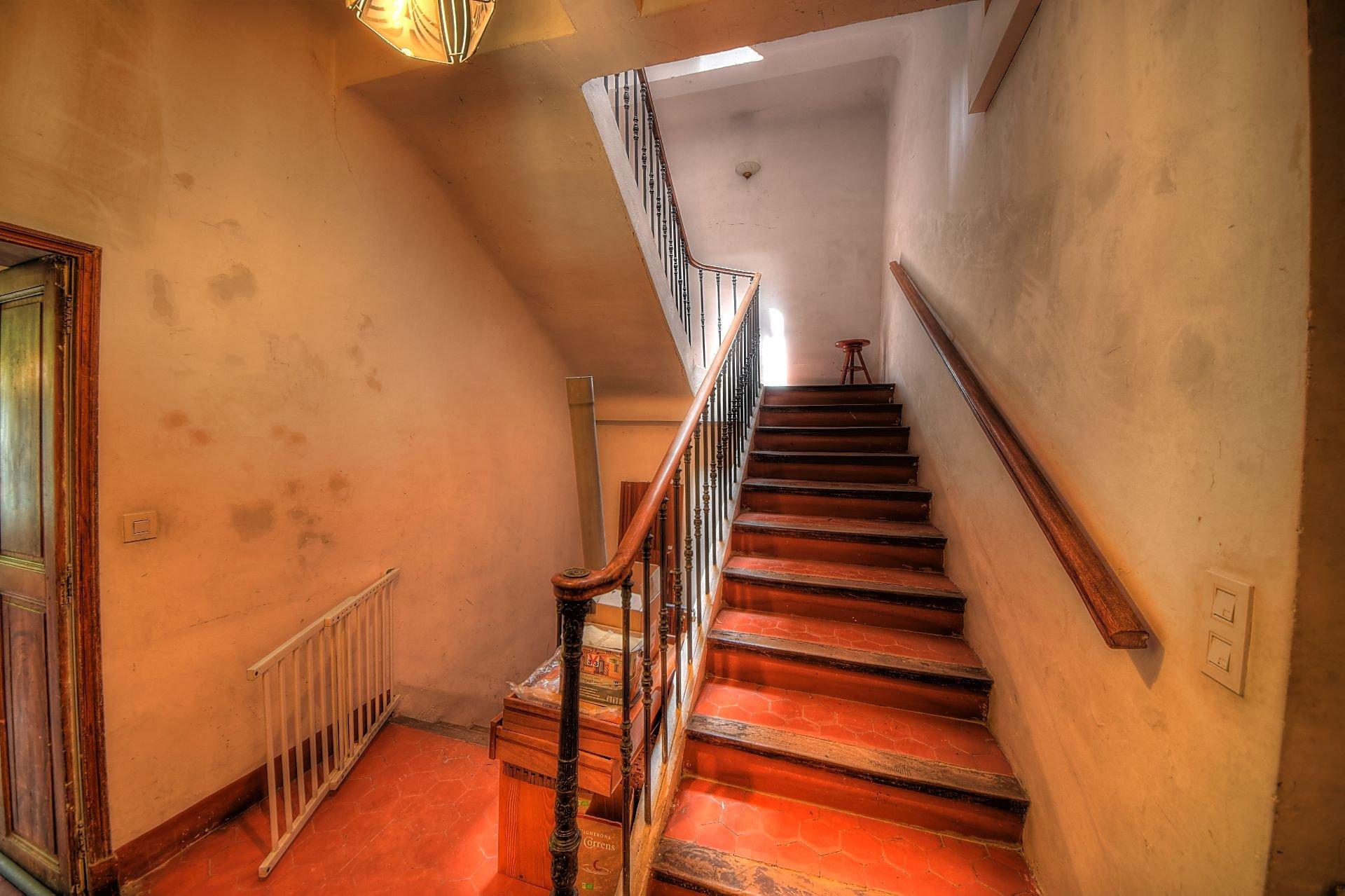 Cage d'escalier d'accès aux étages maison de maître Aups