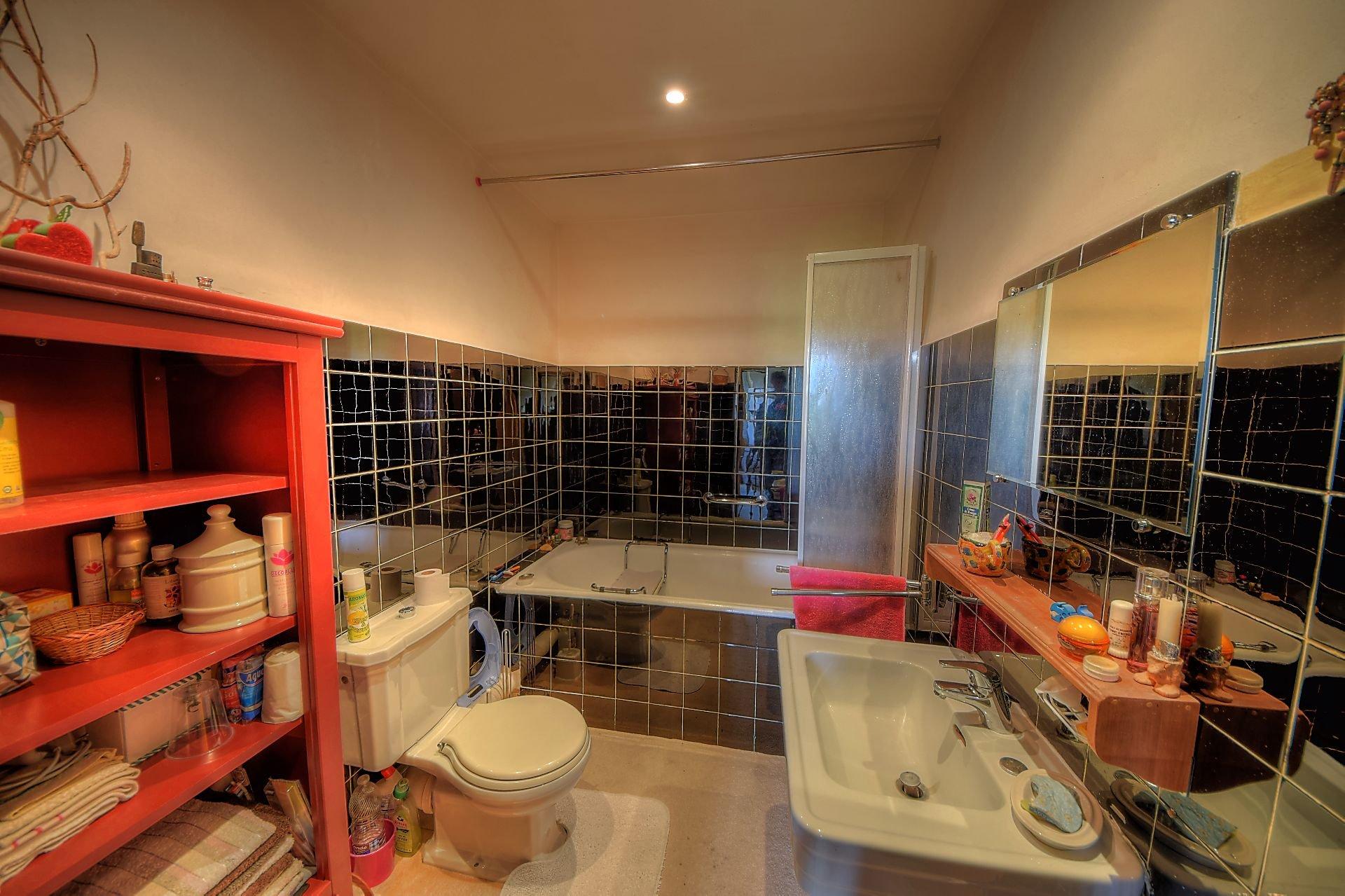 Salle de bain ou studio de la suite parentale au 1er étage