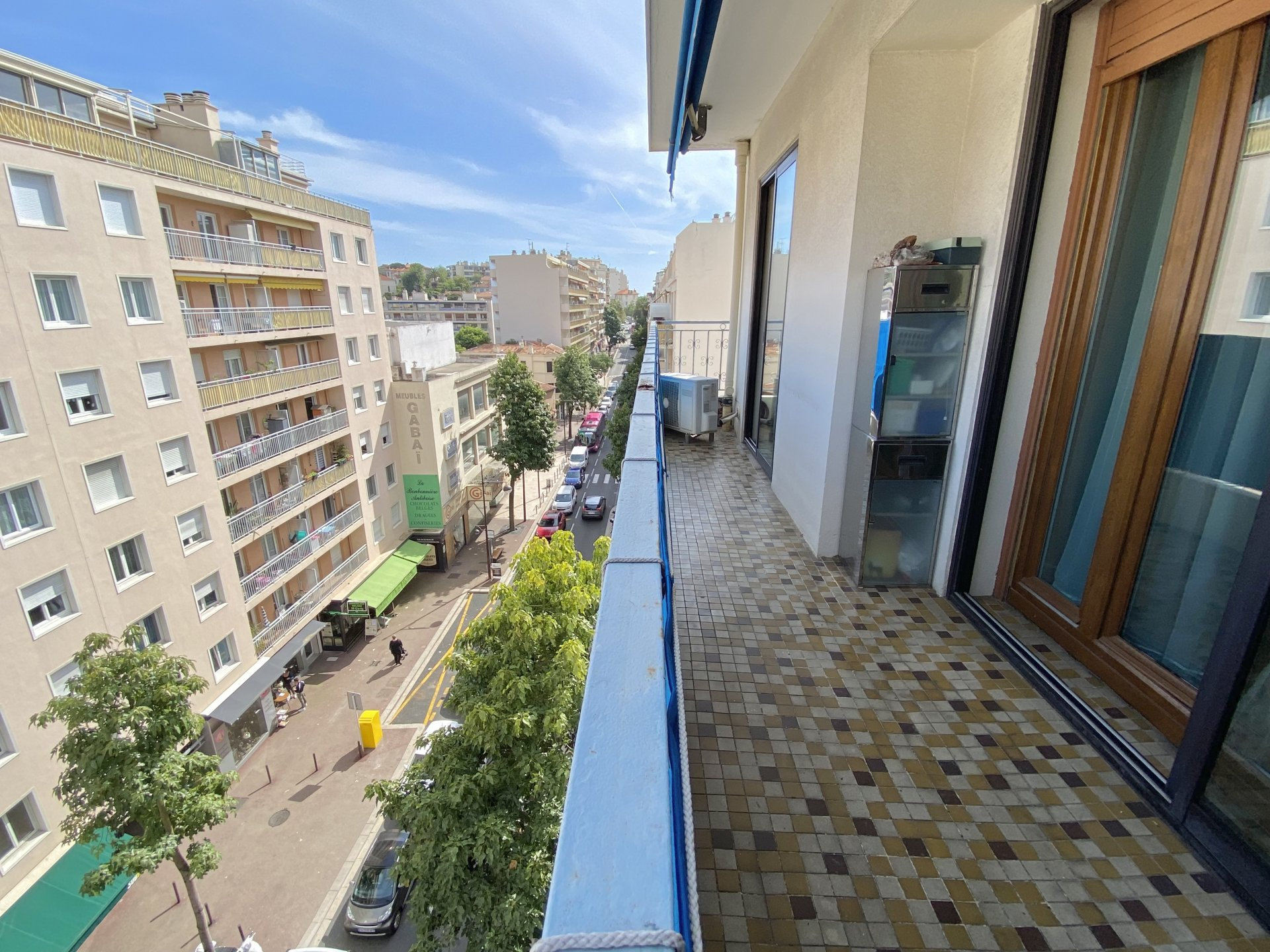 EXCLUSIVE: CENTER OF ANTIBES, 3 ROOMS, HIGH FLOOR, QUIET WITH 2 TERRACES AND CELLAR