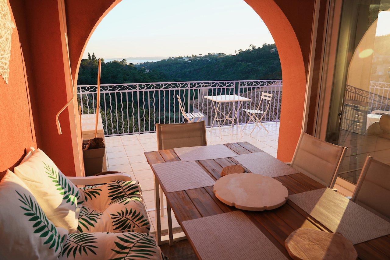 LES ISSAMBRES - maison d'angle avec garage, 3 chambres et belle vue mer.