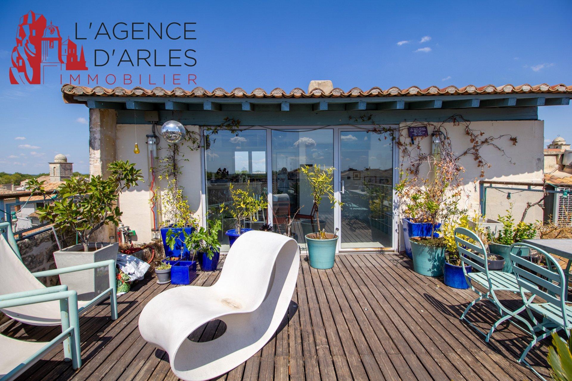 Arles, maison de ville avec cour intérieure et terrasse sur les toits