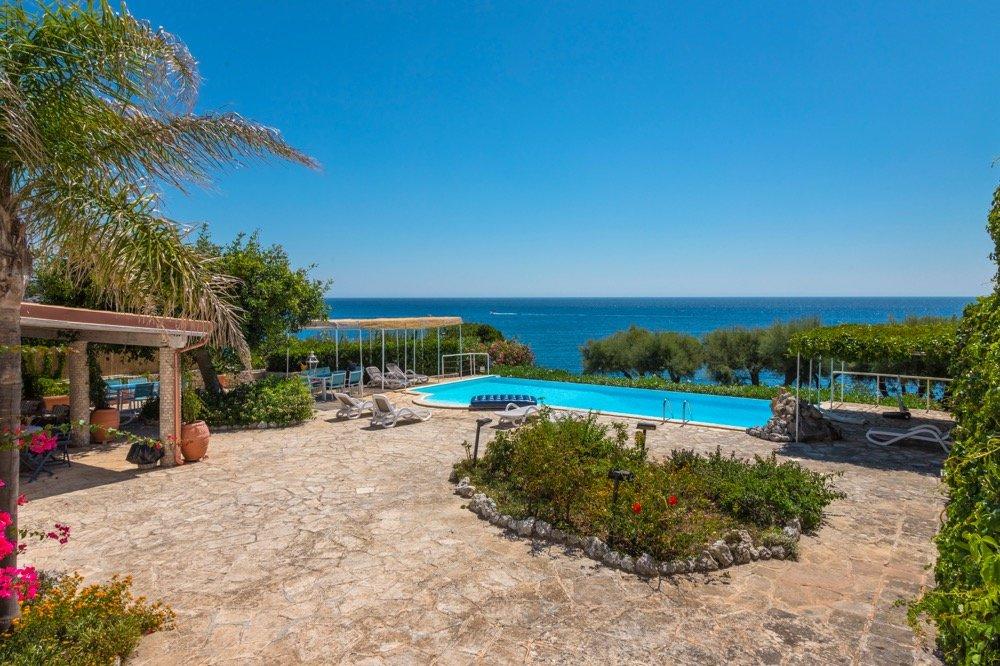 Amazing beachfront villa, 5 bedrooms, pool and garden