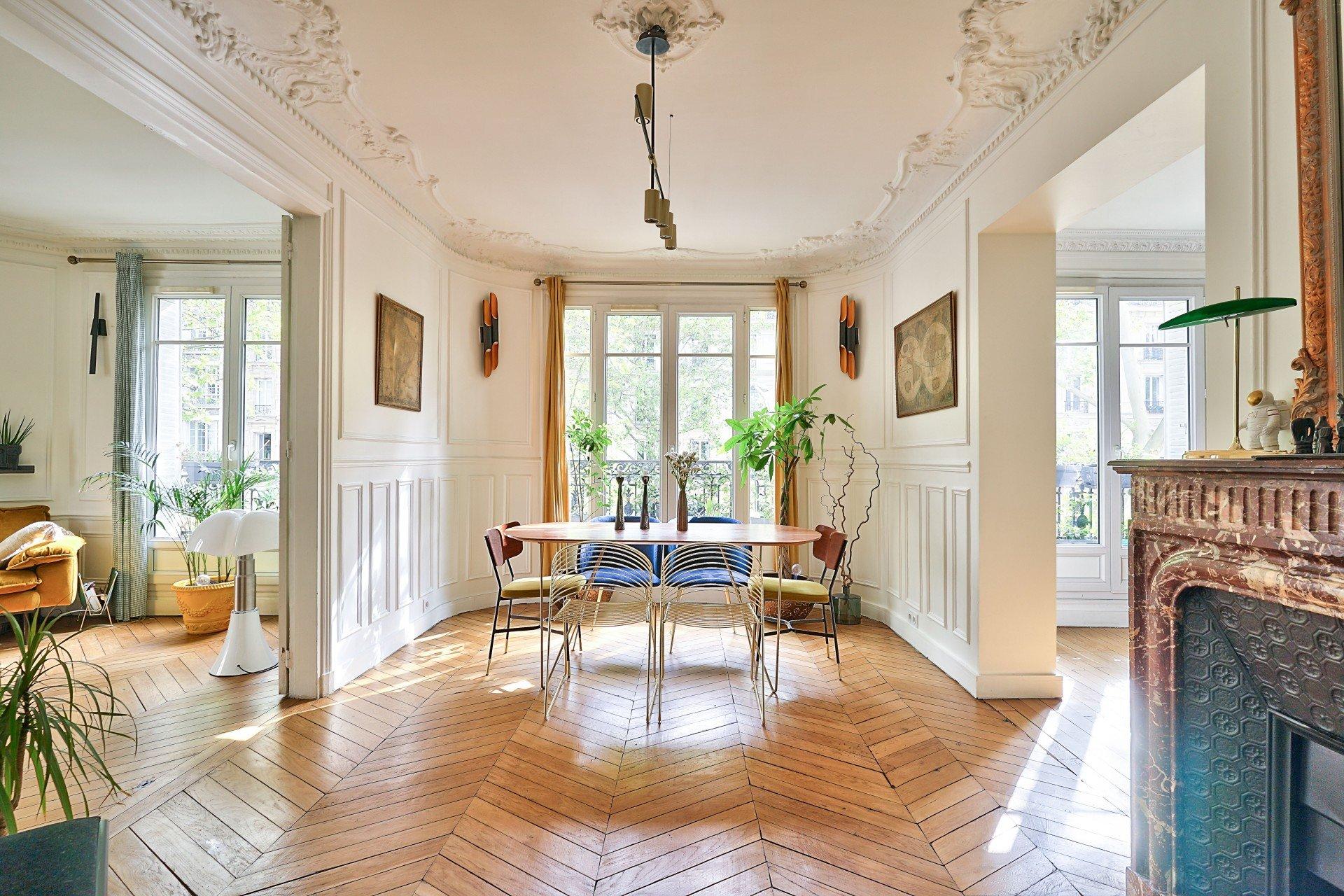 Paris - XVIII ème - VILLA ORNANO - 4 PIÈCES - TRIPLE SÉJOUR - 2 CHAMBRES POSS 3 - BALCONS - SOLEIL - VUE DÉGAGÉE - CACHET MANIFESTE - REFAIT À NEUF PAR ARCHITECTE DE RENOM.