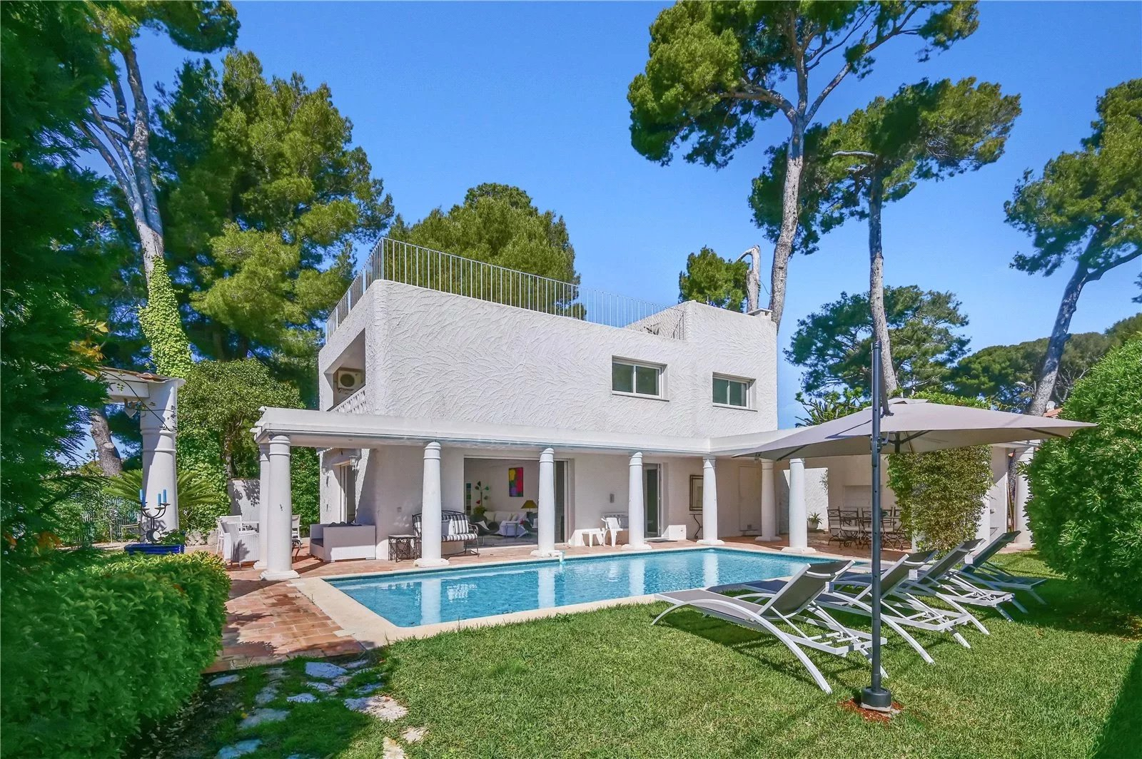 Five bedroom modern style villa with pool in a quiet residential area.