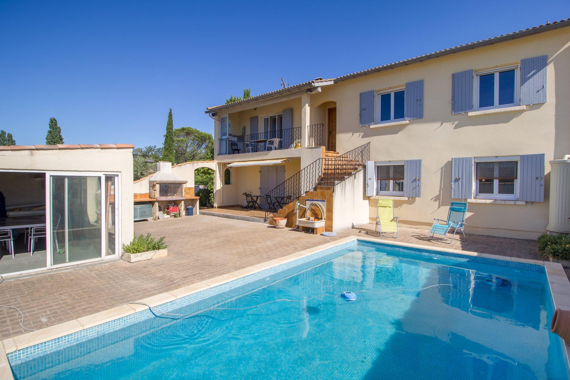 Maison traditionnelle avec piscine