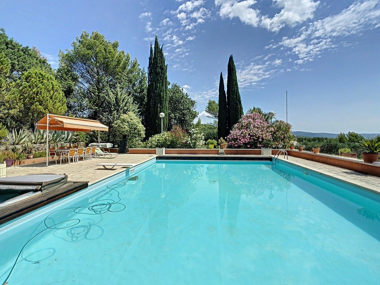 Charming property with three hectares of olive trees and wide views