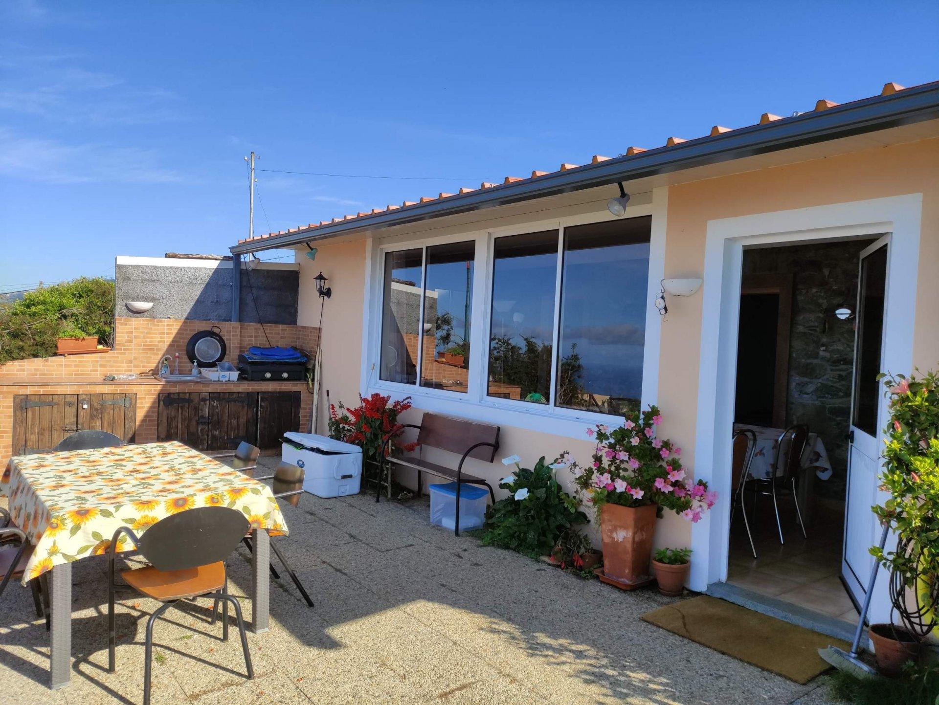 Casa recente com vista panorâmica para o mar.