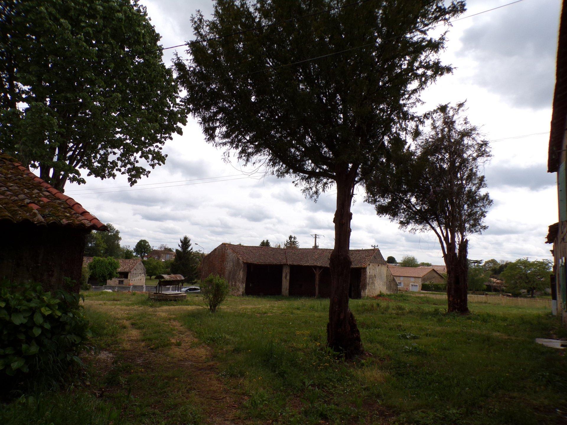Property between Chef Boutonne and Sauzé-Vaussais