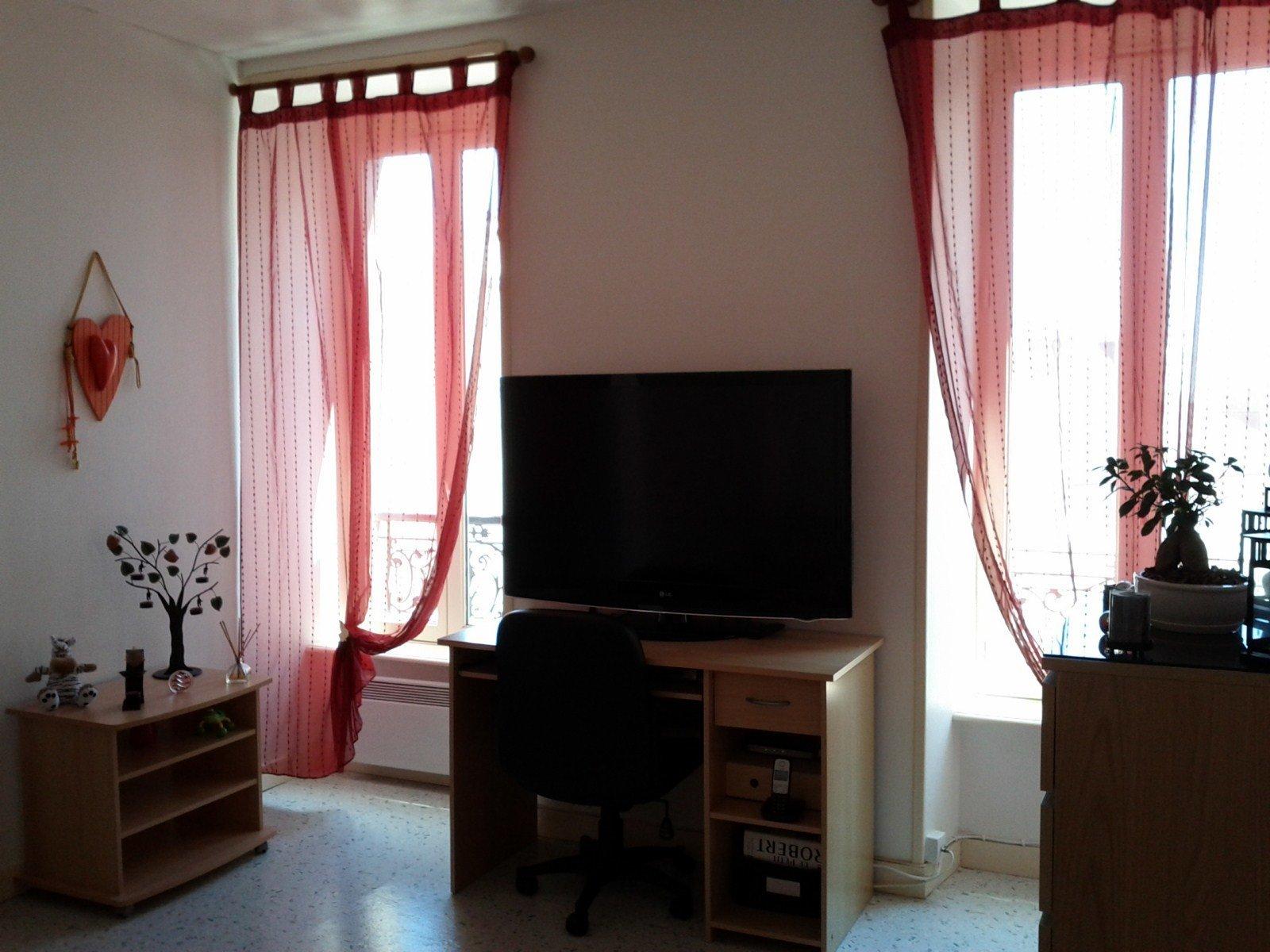T1 non meublé,  1er étage, calme et lumineux.