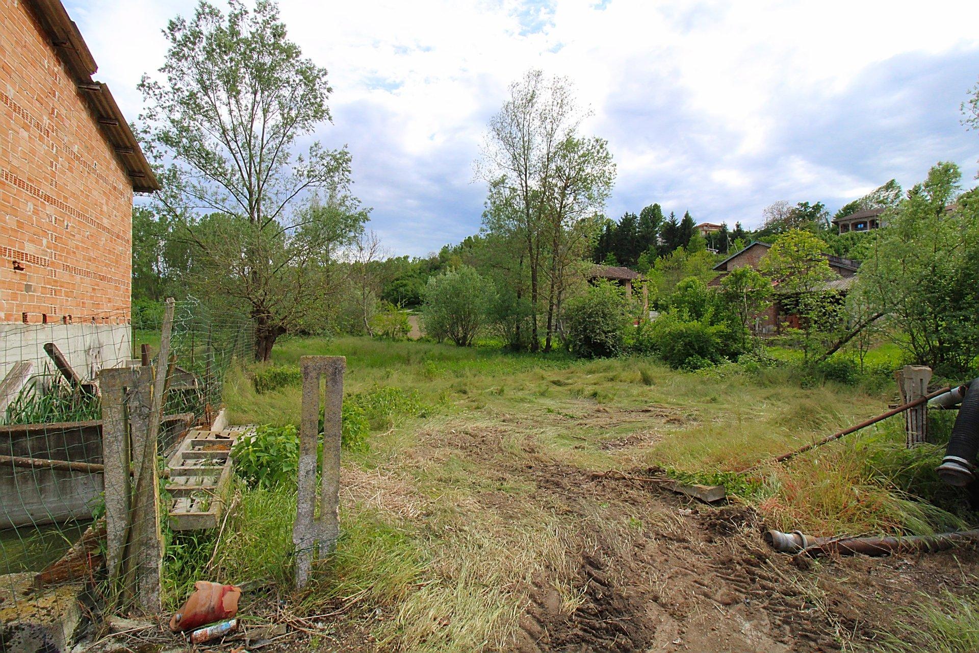 Cascina indipendente su tre lati con giardino