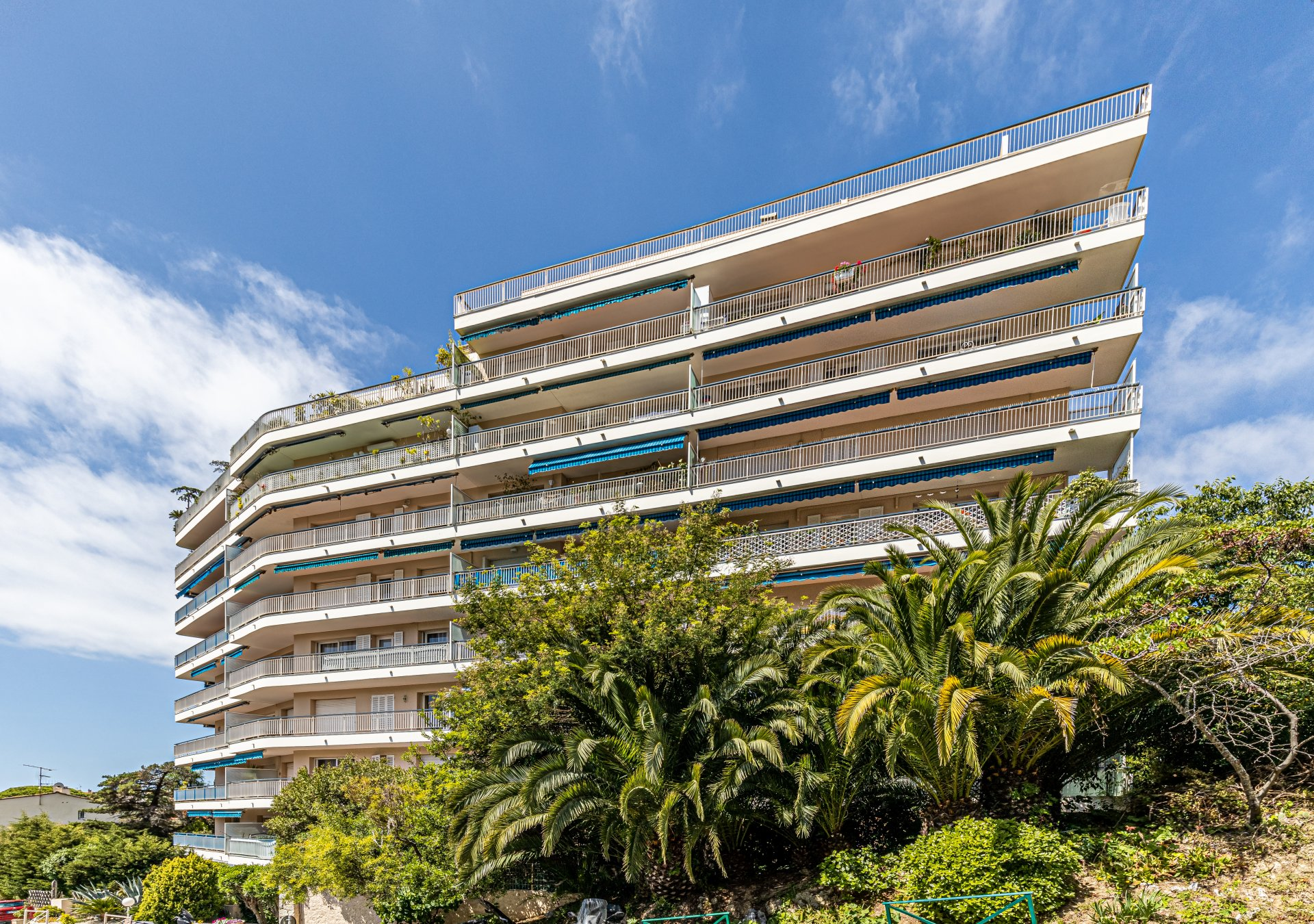 Luxury, 3-bed penthouse, 180 m² terrace, panoramic views, Prado area in Cannes