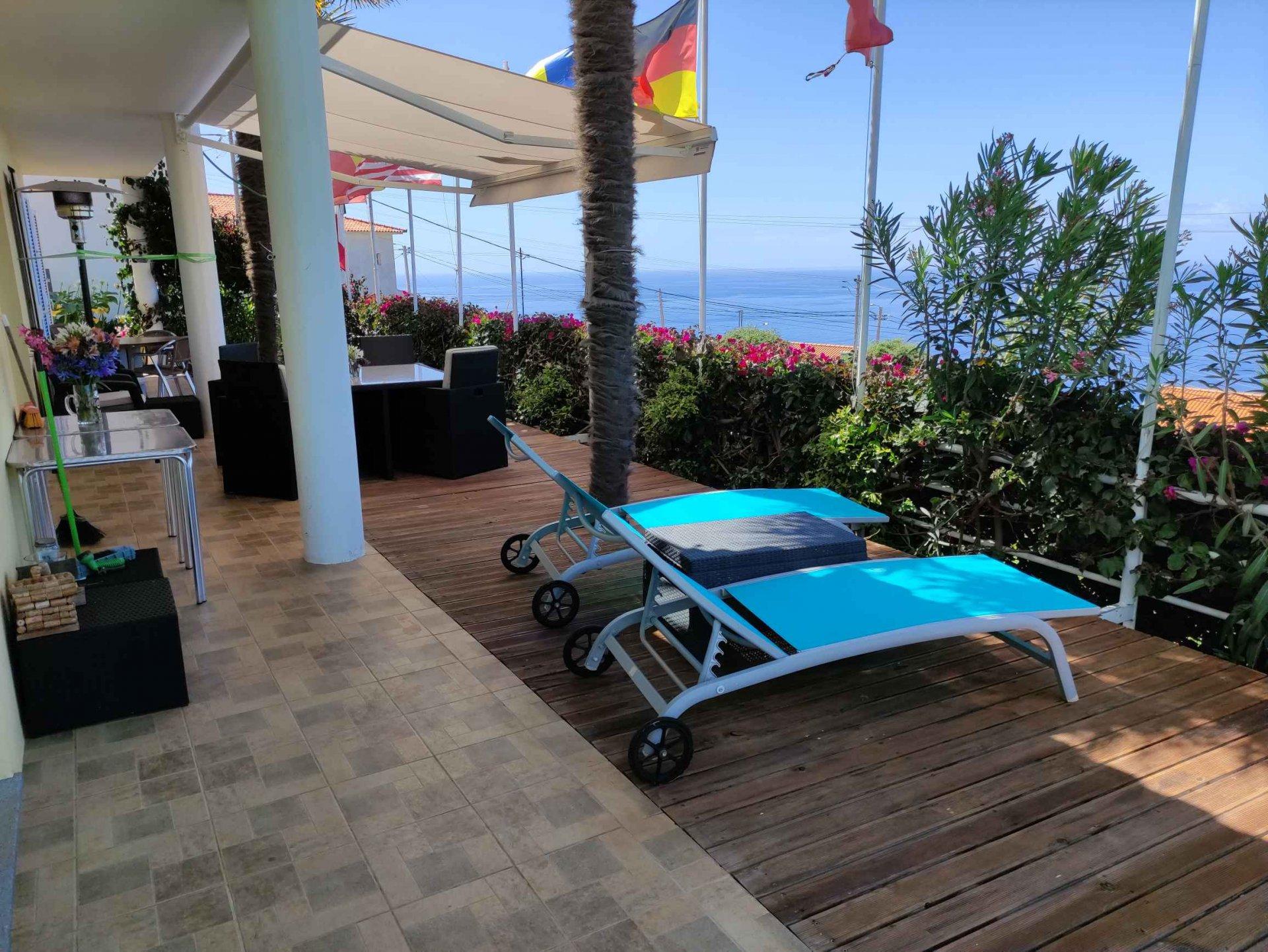 Magnifique villa contemporaine avec piscine et vue panoramique sur l'océan.