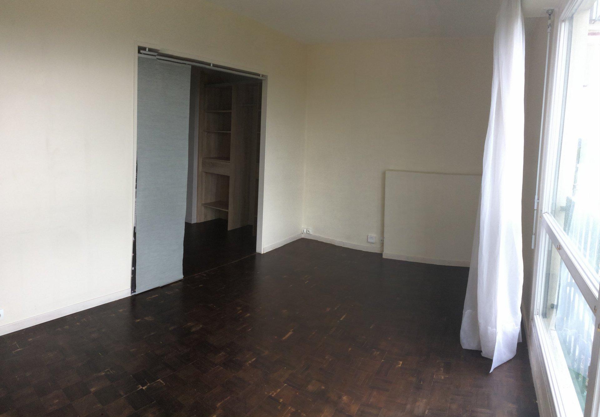 Grand studio en étage avec vue dégagée.