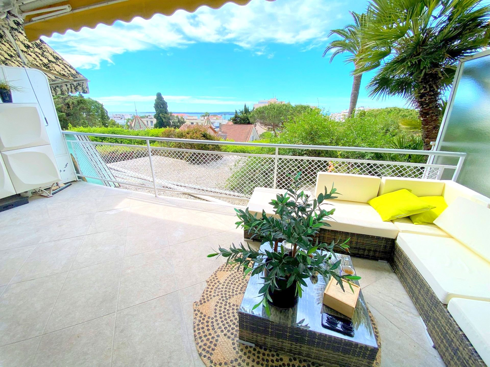 CANNES SALE FLAT 2 ROOMS LARGE TERRACE SEA VIEW