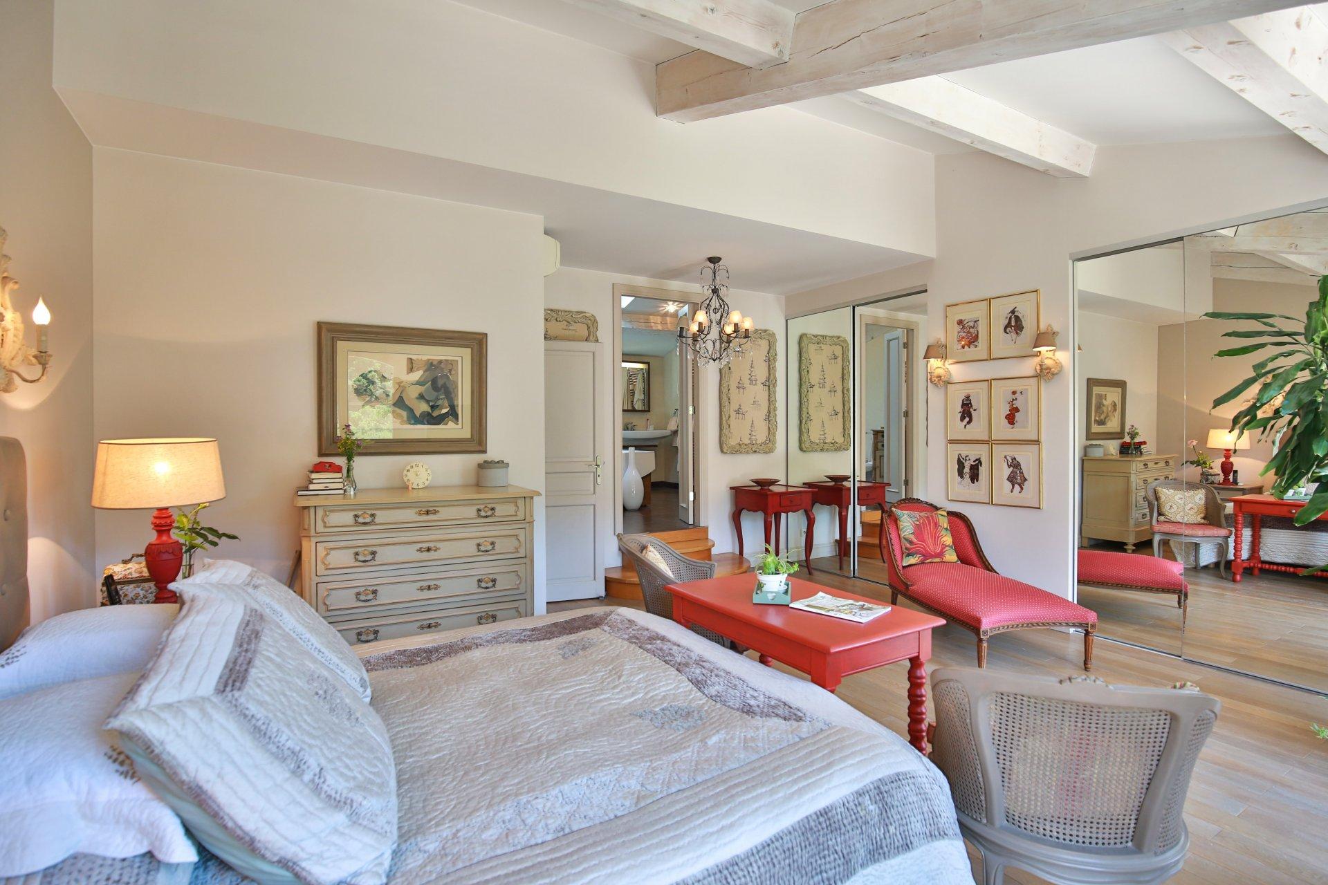 Luxueuse villa au calme à pied du village de Valbonne