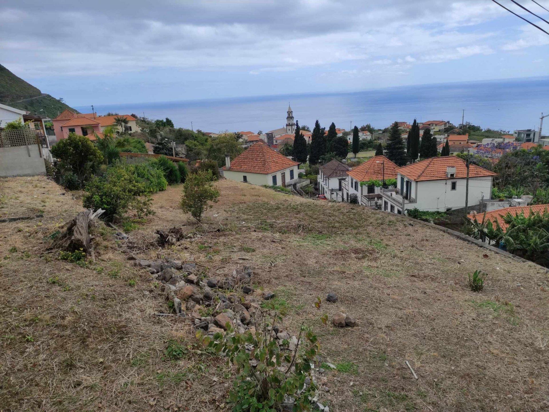 Building land with sea view in Arco da Calheta.