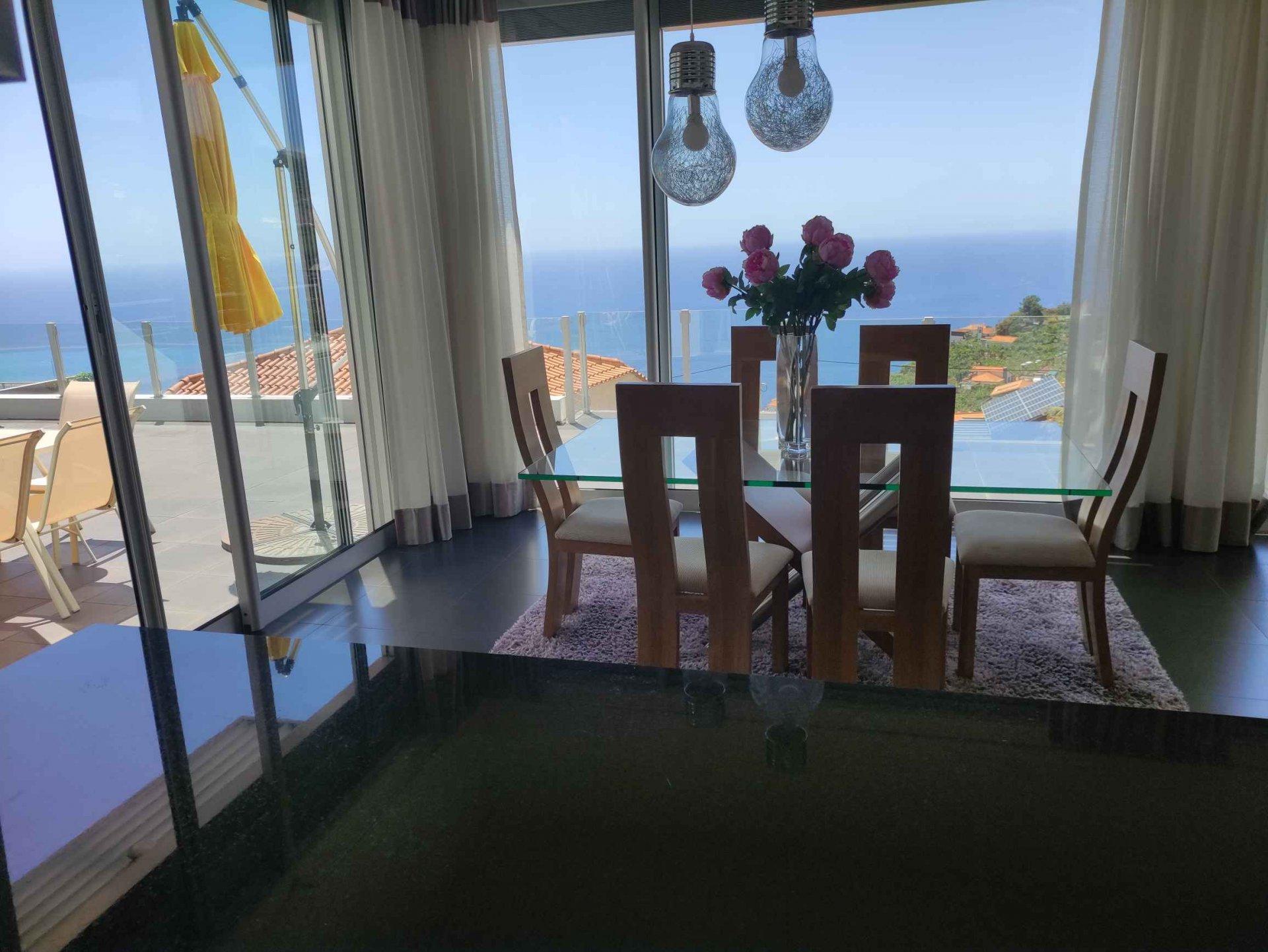Magnífica villa projetada por arquiteto com piscina e vista panorâmica do mar.