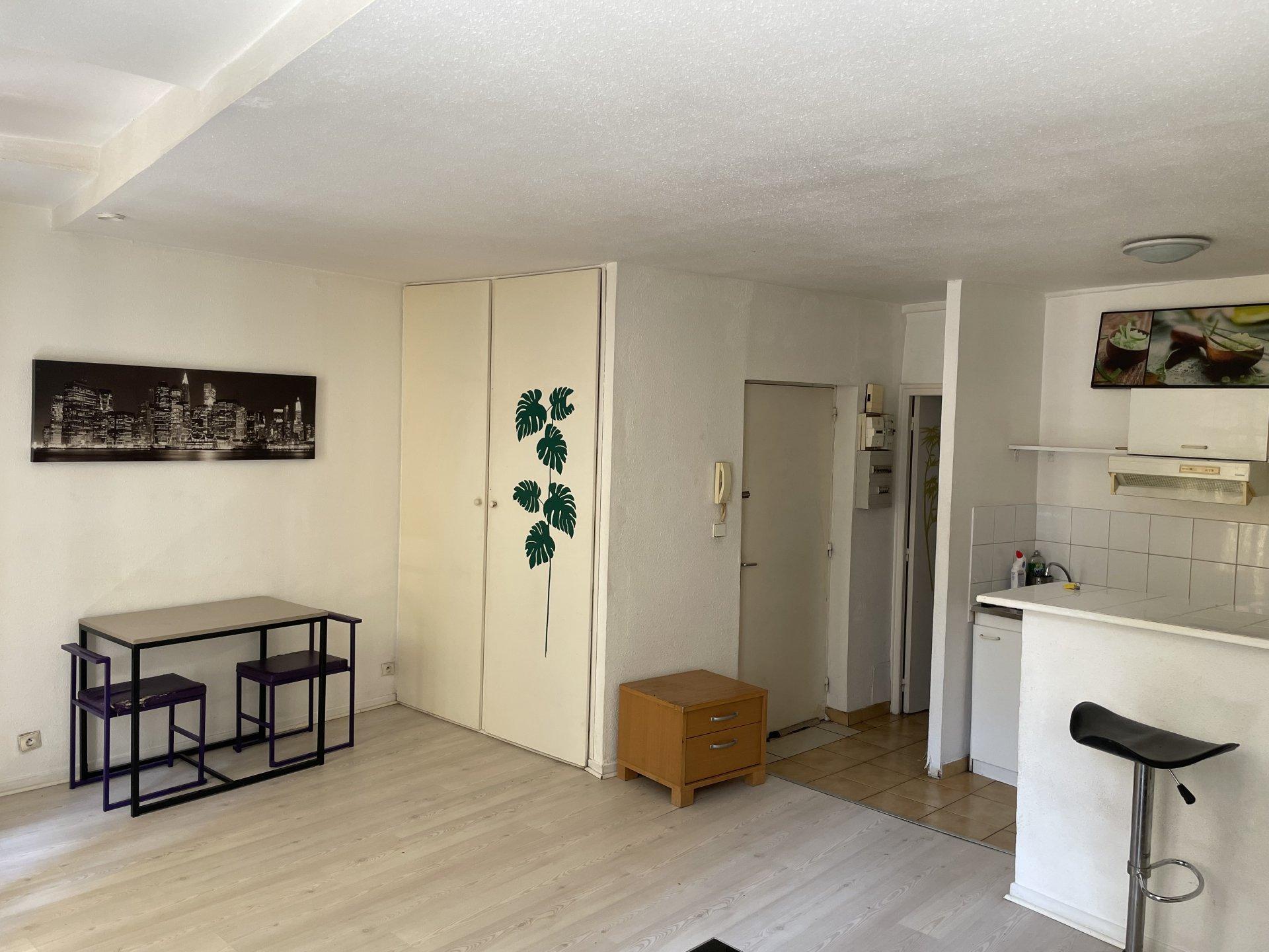 PLACE SAINT FRANCOIS- STUDIO MEUBLE