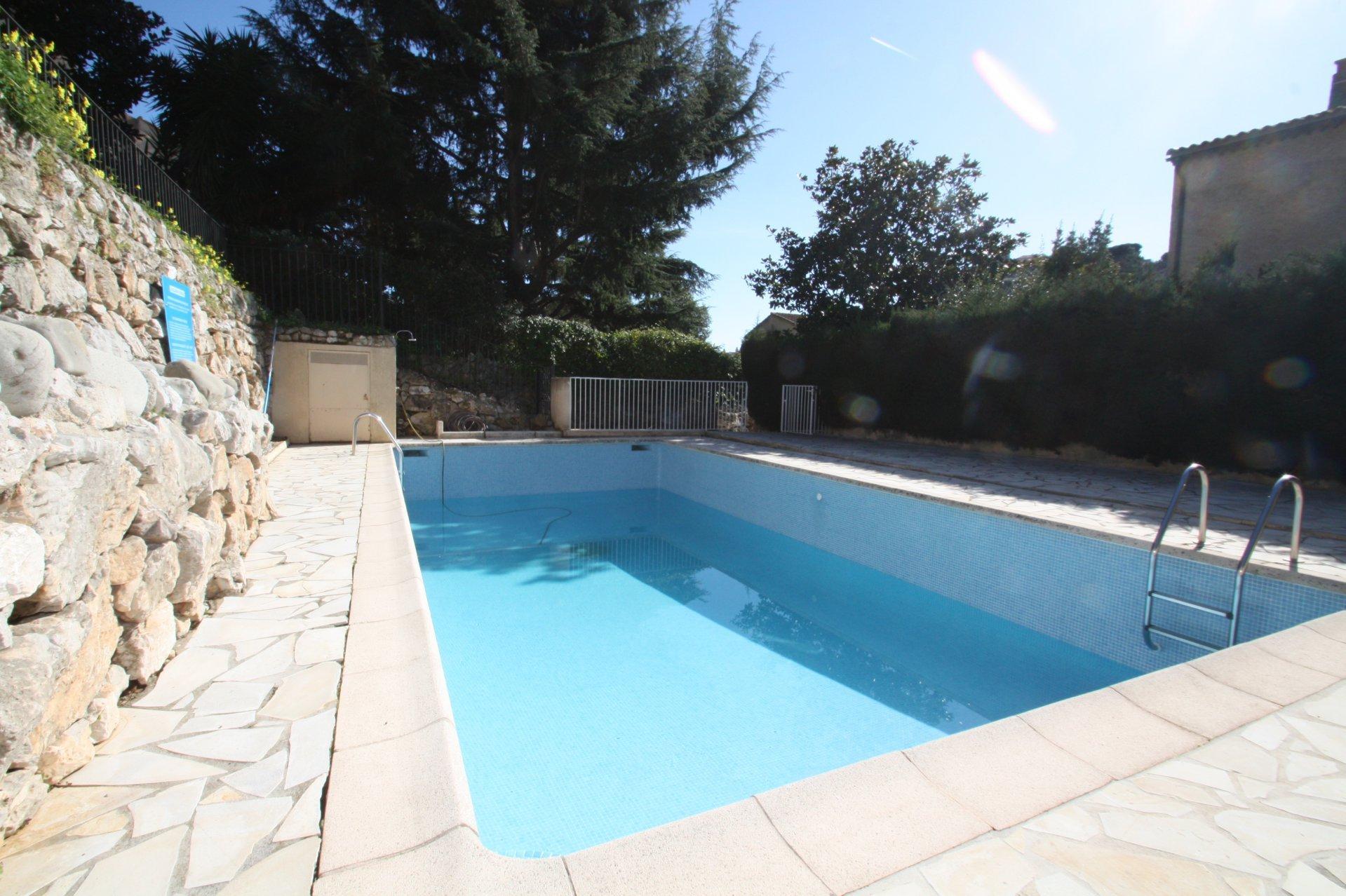Superbe villa rénovée dans domaine privé avec piscine et parking