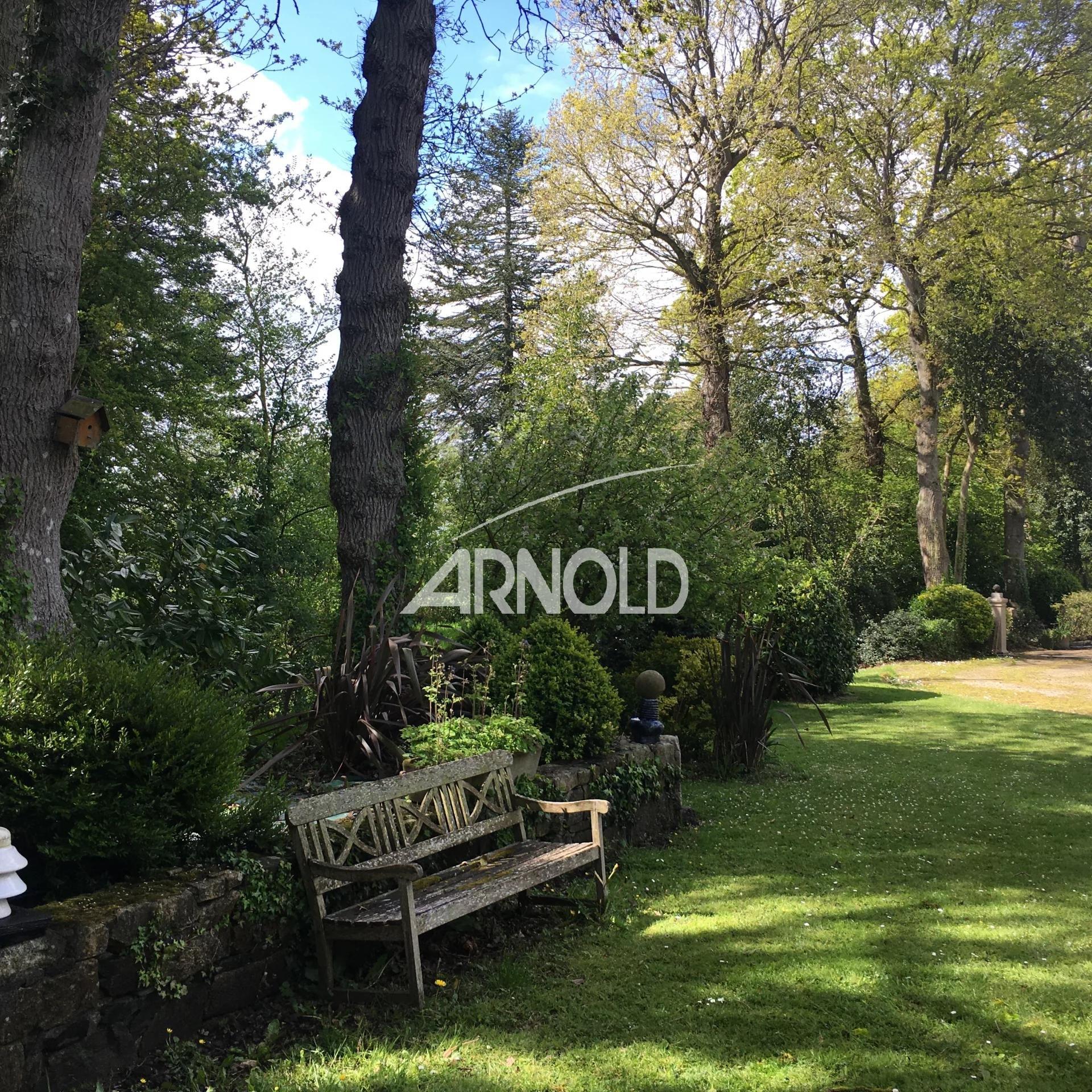 En Bretagne, Manoir de caractère au milieu d'un parc arboré d'environ  6000 m2