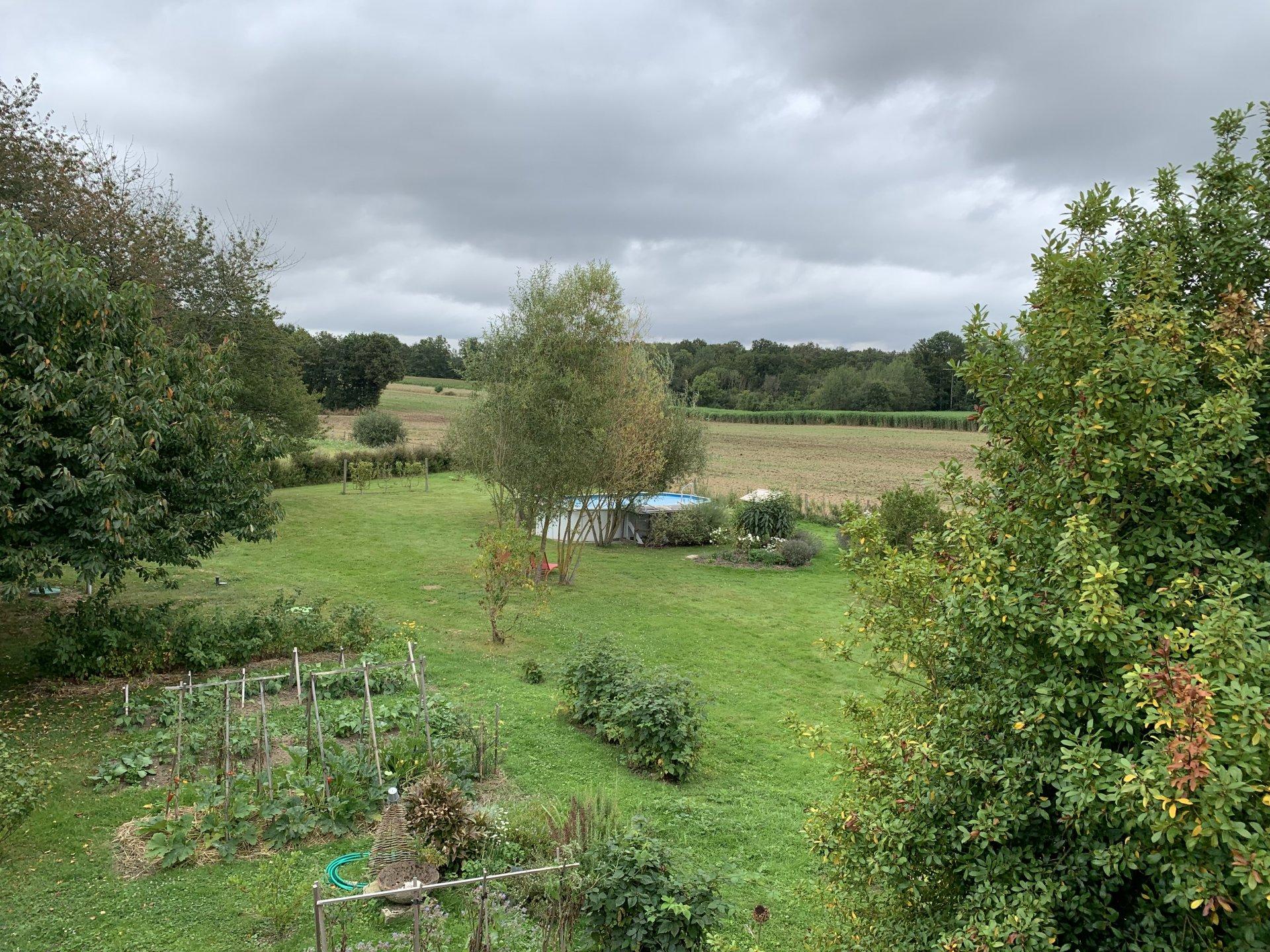 Située en hameau, belle vue dégagée sur 3654 m² de terrain
