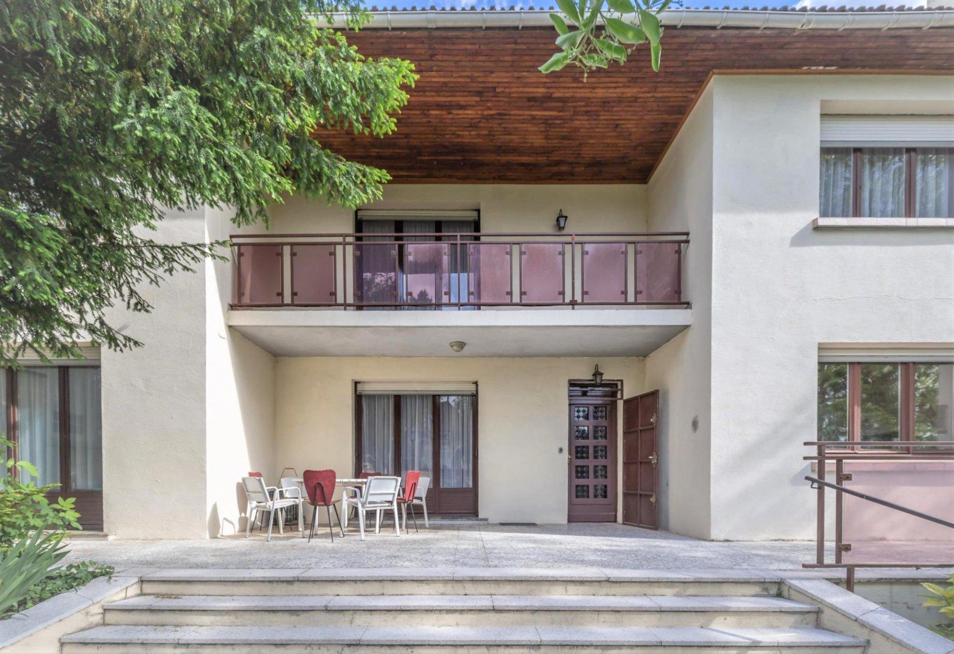 MAISON FAMILIALE  de 200 m² + combles de 100 m² sur terrain de 830 m²