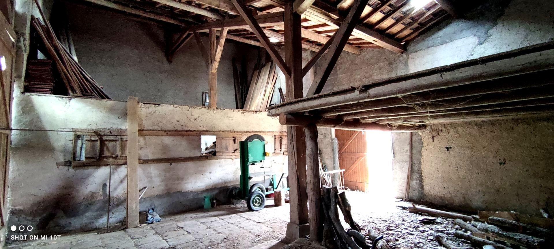 Maison de village avec grand hangar