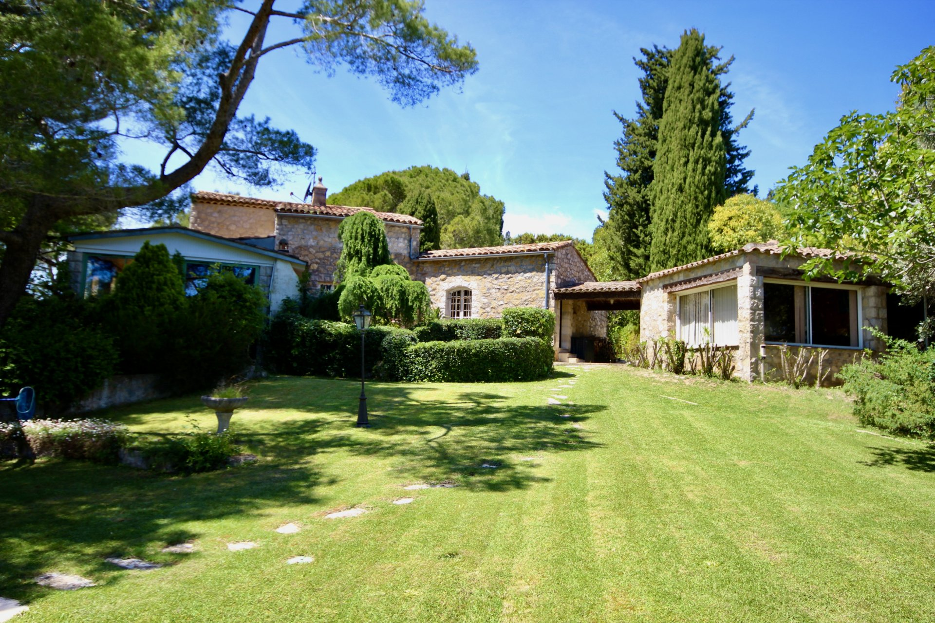 Lovely property near Mougins and Valbonne