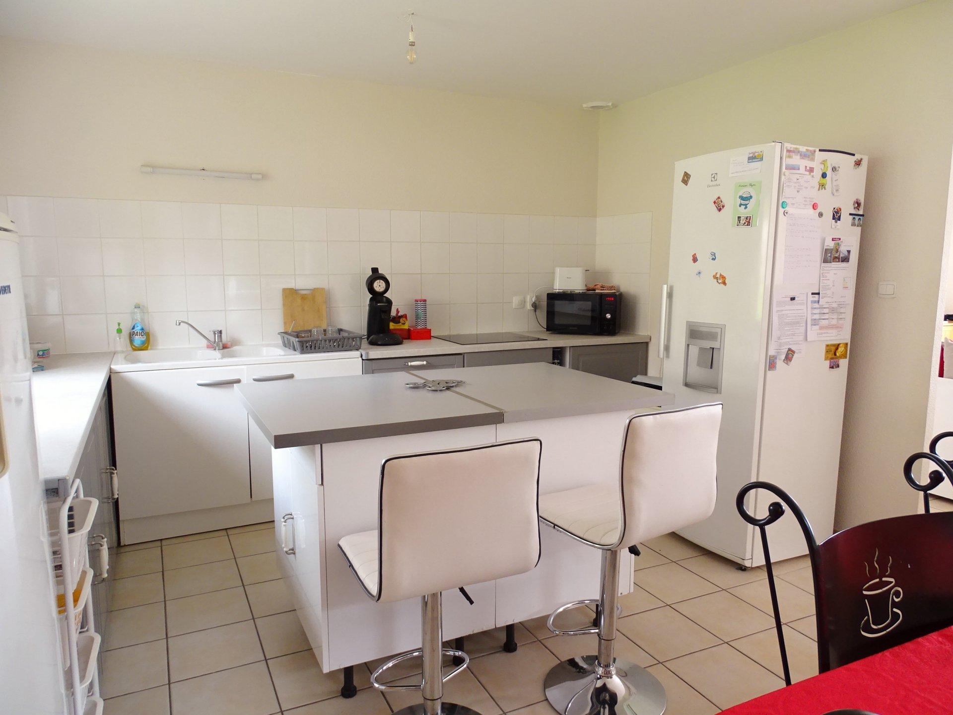 SOUS COMPROMIS DE VENTE. Construite en 2007, cette maison offre de plain pied une entrée donnant sur un agréable séjour ouvert sur la cuisine. Ce volume bénéficie d'une triple exposition et d'une belle luminosité. A l'étage vous découvrirez 3 chambres agréables ainsi qu'une salle de bains. Cette maison offre de nombreux atouts : une terrasse bien exposée, un grand garage attenant, un petit bureau, une chaudière au gaz récente, un environnement verdoyant tout en étant à proximité de tous les commerces et services. A visiter sans tarder... Honoraires à la charge des vendeurs.