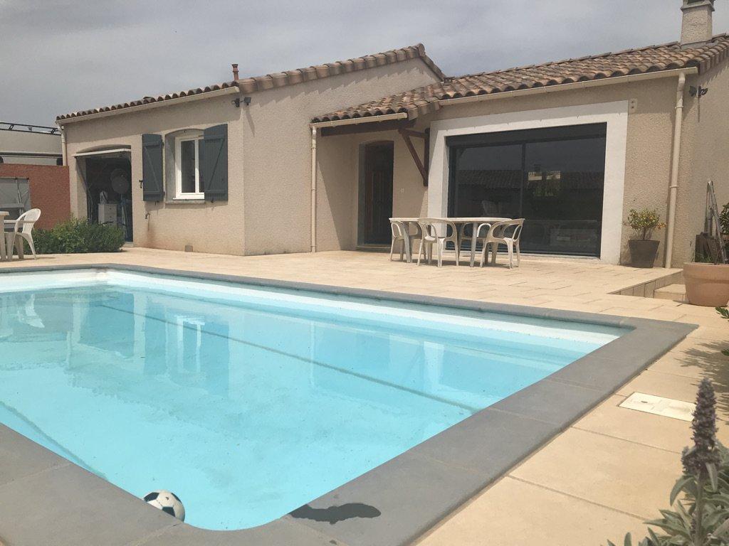 Villa de plain-pied avec piscine.