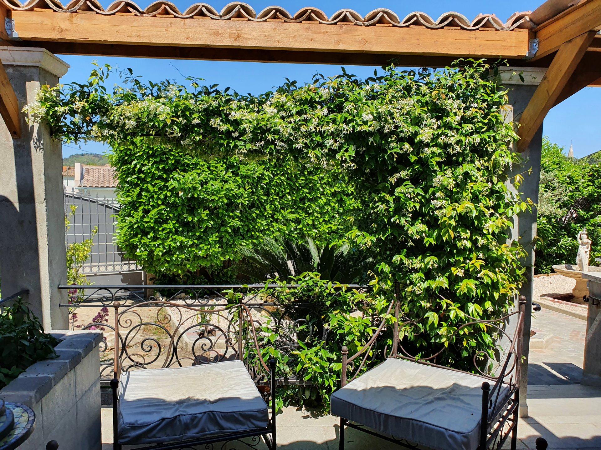 4 bedroom detached villa with large garden, possible studio