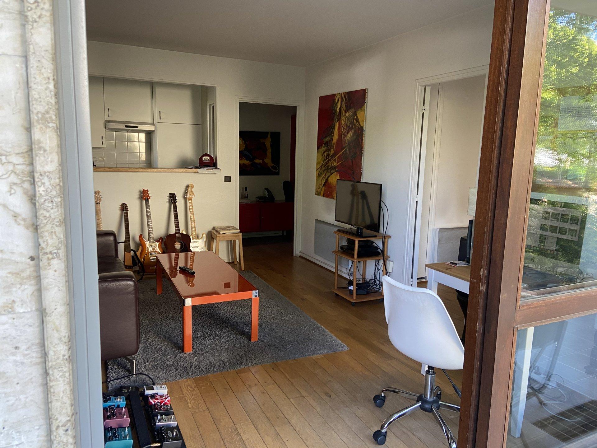 Dans un quartier privilégié, APPARTEMENT 2 pièces de 37 m² avec son JARDIN PRIVATIF d'environ 230 m², PLACE DE PARKING et CAVE. Bien d'exception et rare sur le marché !