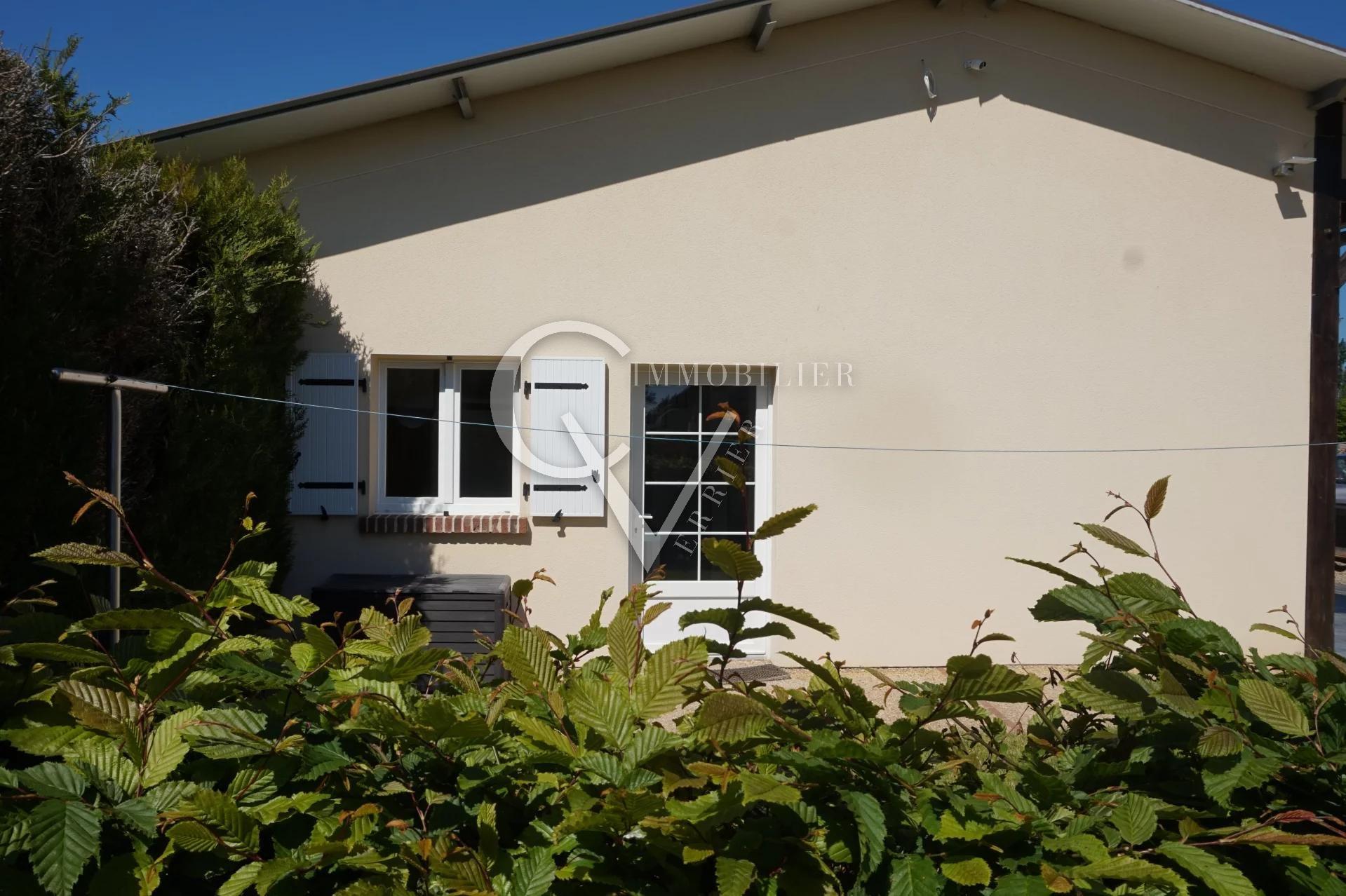 Propriété comprenant une maison, un hangar et un duplex