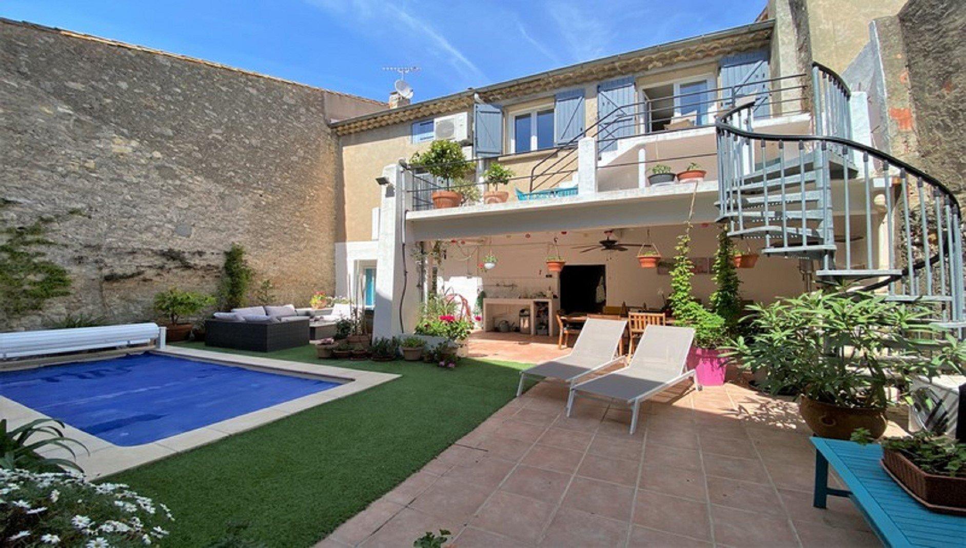 Maison de village avec piscine et jardin