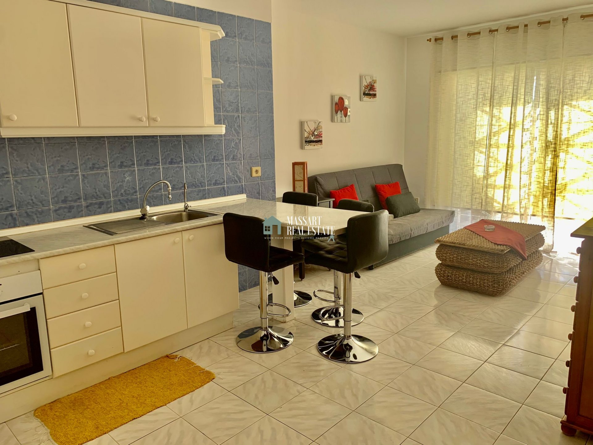 Fully furnished apartment characterized by its good state of conservation and its strategic location, in a quiet and central area of Los Cristianos.