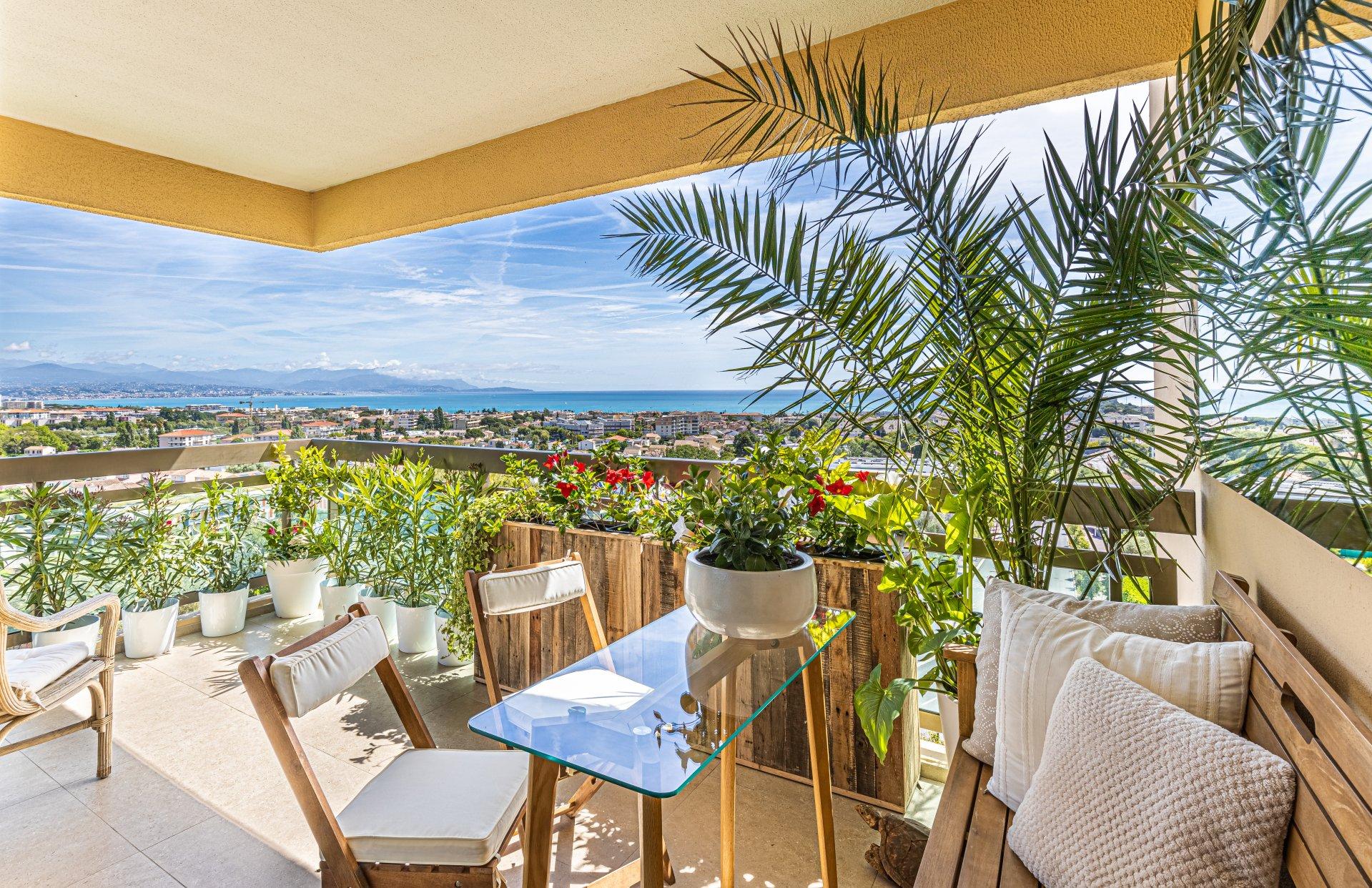 Beautiful top floor 1-bed apartment, 3 terraces, panoramic sea view in Antibes