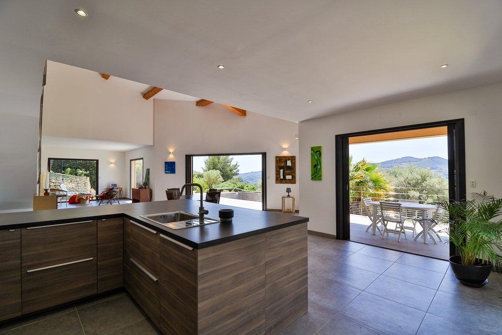 Villa contemporaine avec piscine et belle vue collines