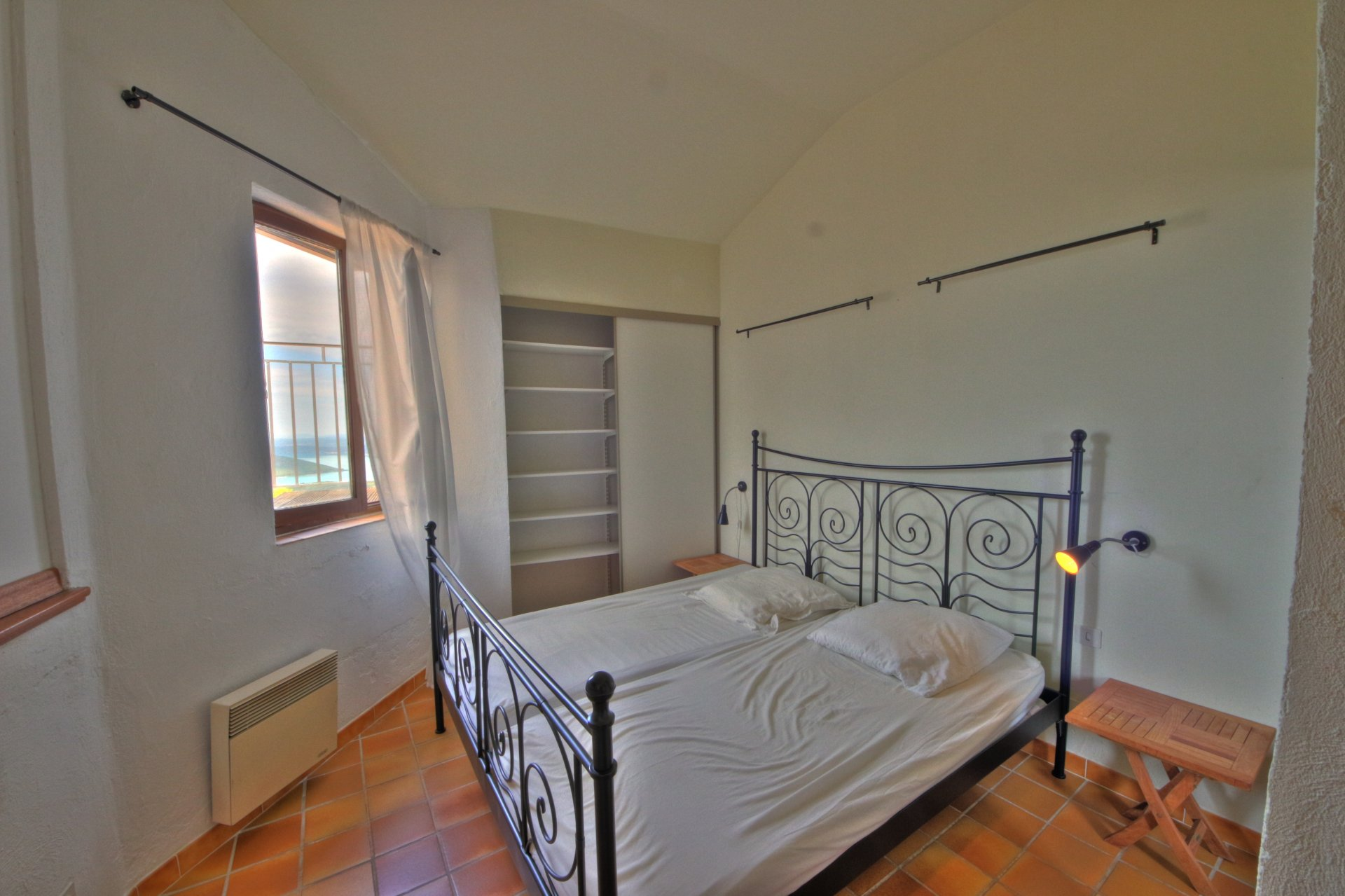 Upstairs bedroom with shower room, view of the lake and the castle
