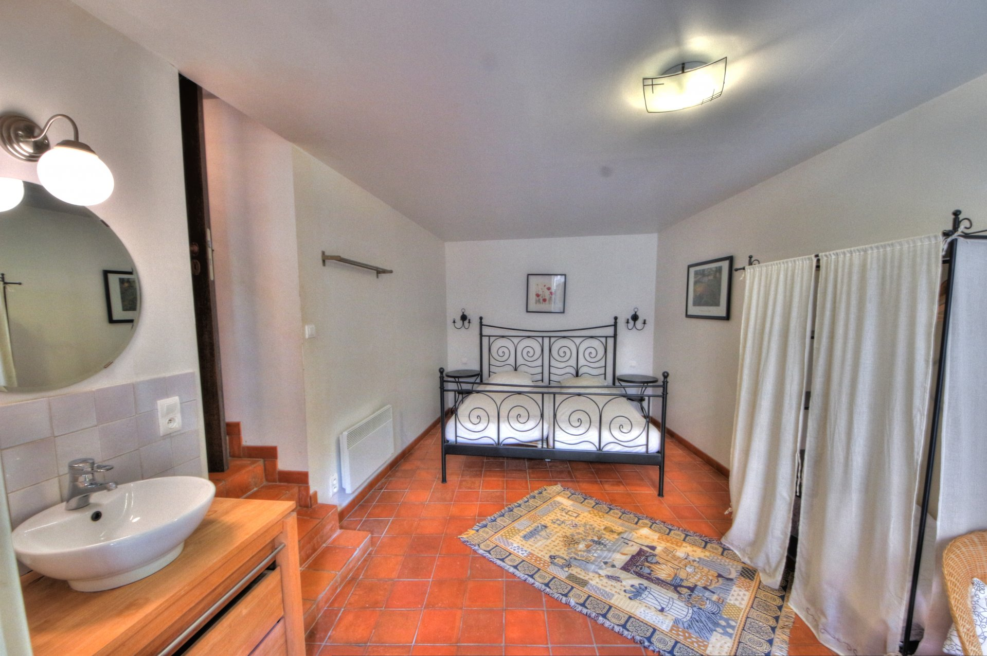 Large bedroom on the ground floor with water point and access to the closed courtyard